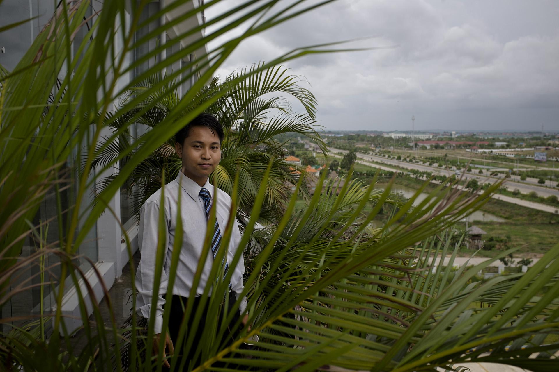 Bo, 27 ans, est venu de Rangoon pour  devenir manager d'un des grands hotels de la ville. Il a depuis acheté une maison sur place et y a fait venir ses parents et ses soeurs. Il vit de son côté dans son bureau de l'hotel. Naypyidaw, Birmanie. Mai 2015.