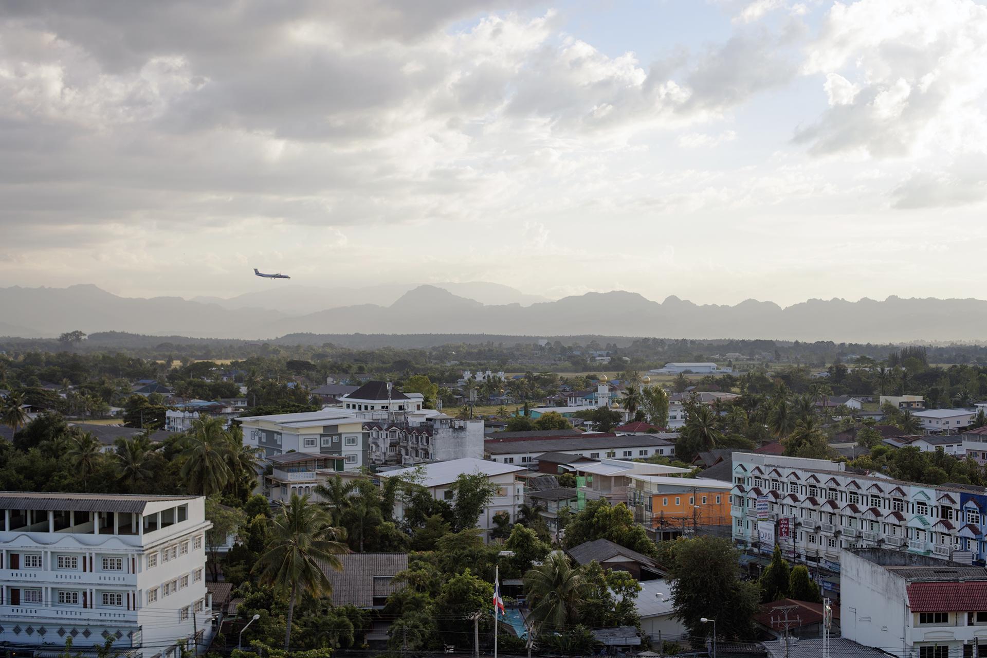"""Mae Sot est la principale ville frontière entre la Thaïlande et la Birmanie. Située à 7 kilomètres de la frontière, elle est une plaque tournante de trafics entre les deux pays. Une importante communauté de Birmans y vit, fournissant une main d'oeuvre bon marché aux Thaïlandais. On la surnomme d'ailleurs """"Little Burma"""".Mae Sot, Thaïlande, novembre 2014"""