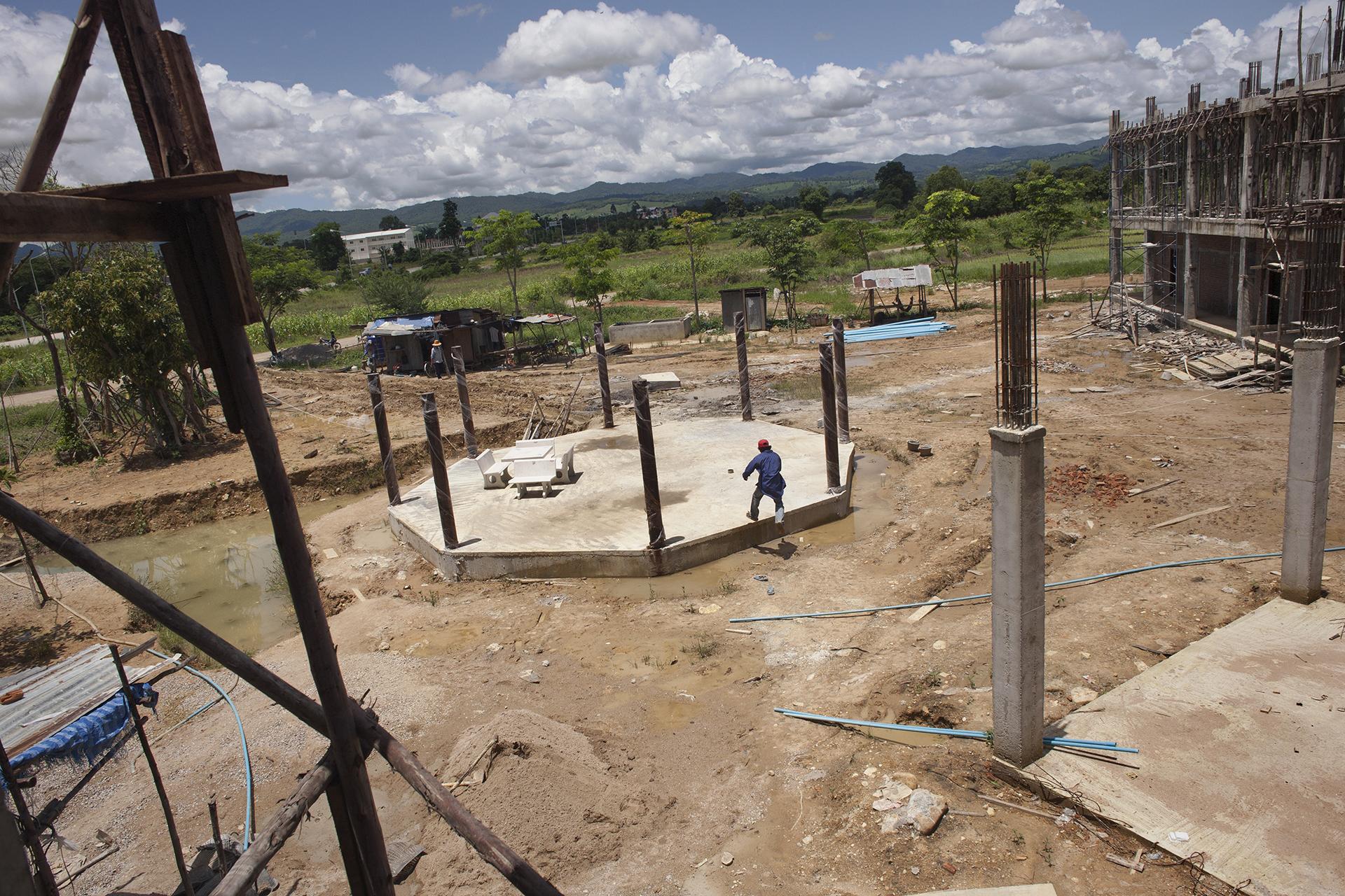 Un ouvrier birman sur le chantier de construction d'un hôtel. La province de Tak attire de nombreux investisseurs, en raison de sa position stratégique sur la route qui relie Bangkok à Rangoon. Les entreprises s'implantent volontiers dans cette zone frontalière vouée à être un point clé de la coopération entre la Thaïlande et la Birmanie.Mae Sot, Thaïlande, juillet 2011