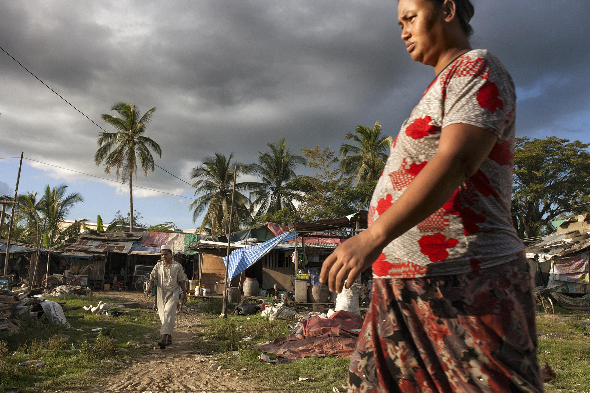 Ce bidonville est situé derrière l'une des cinq mosquées de la ville. Il est habité par des Birmans musulmans qui forment la communauté la plus pauvre à Mae Sot. Ceux-ci sont souvent cantonnés aux travaux de ramassage et de tri des déchets. Néanmoins, les relations entre les communautés bouddhistes et musulmanes sont y bonnes, contrairement aux tensions inter-confessionnelles qui ont cours en Birmanie. Mae Sot, Thaïlande, novembre 2014