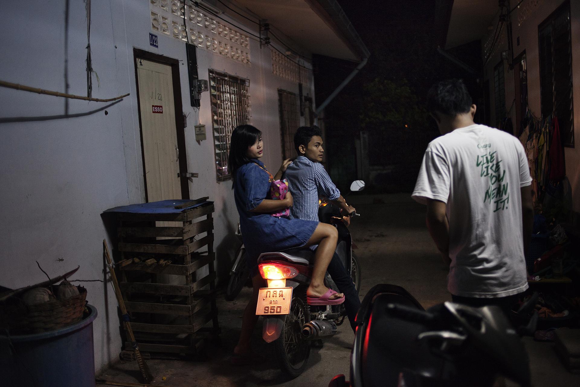 Tous les soirs, Arkar emmène Hnin Hnin au club de striptease où elle est hôtesse. Aujourd'hui sans emploi, il travaillait un temps dans le club en tant que serveur, mais ne supportait plus de voir Hnin Hnin avec d'autres hommes. Il est courant que les filles travaillant dans ce milieu aient un boyfriend qui se fait entretenir.Mae Sot, Thaïlande, octobre 2013