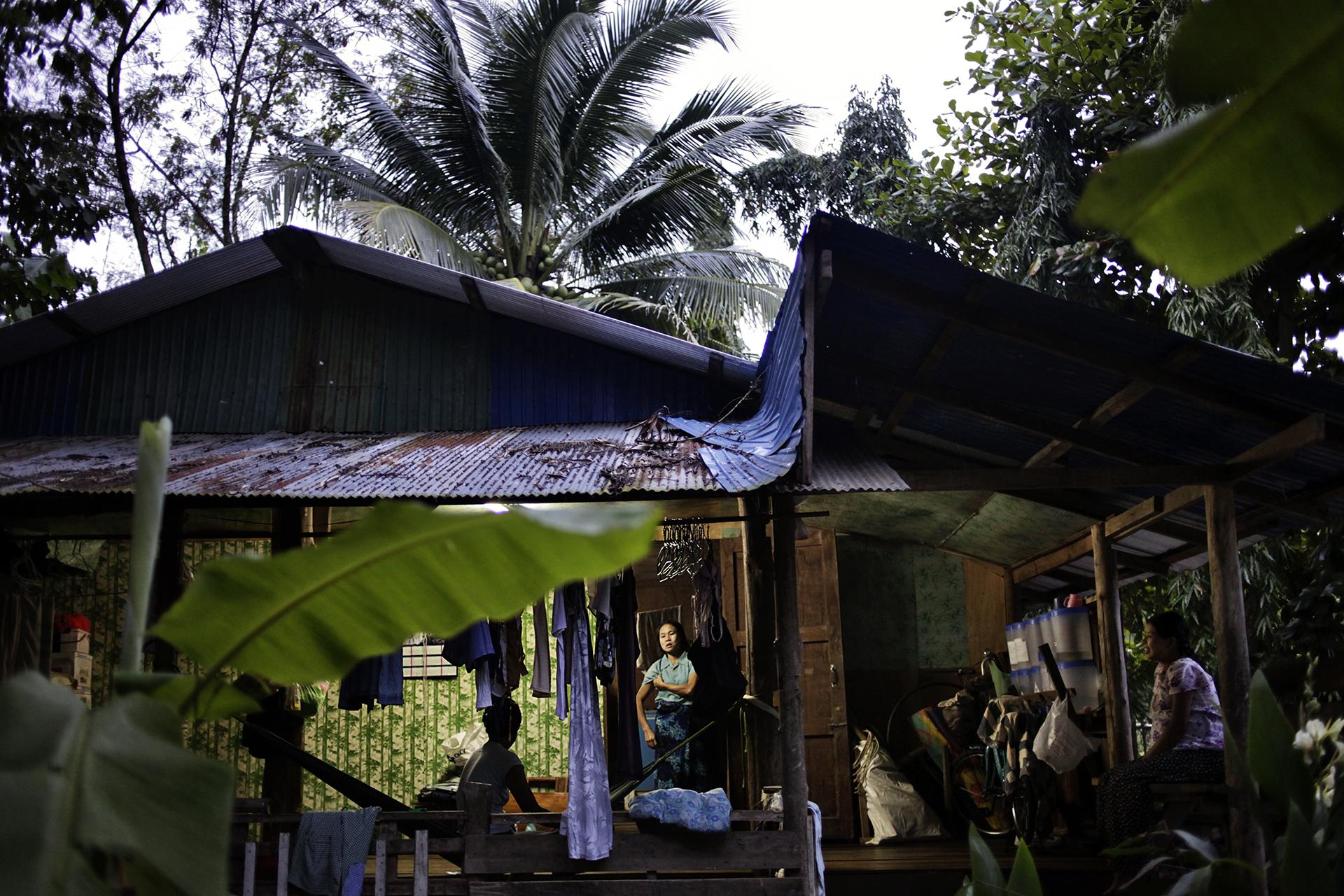Des femmes séropositives dans un refuge mis à disposition par une ONG Birmane. Ces femmes sont souvent abandonnées par leurs maris après leurs diagnostics. Il existe des dizaines de refuges de ce genre autour de Mae Sot. La Birmanie a le troisième plus haut taux de prévalence du virus sida en Asie du Sud-Est. Le plus haut taux étant en Thaïlande. Mae Sot, Thaïlande, octobre 2013Safe house for HIV positive womens, Mae Sot. These womens are often abandonned by their husband and single mothers. Such shelters are common around Mae Sot. Burma has one of the hifghest rank of prevalence of HIV in south east Asia after the first one, Thailand. The disease is seen as shamefull and people know few about it.