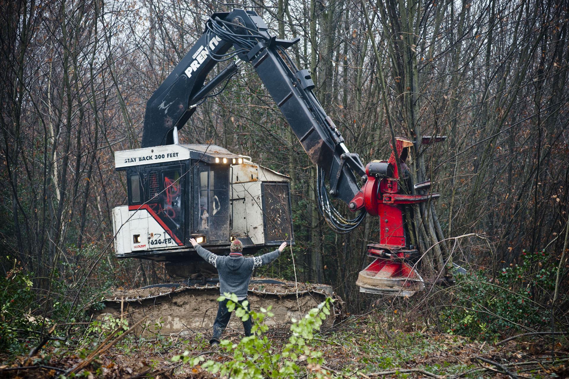 A Roybon (38), site en travaux d'un futur Center Parcs, le 1 decembre 2014, au lendemain de la création officielle de la  ZAD Roybon à la maison des Maquisards, des opposants au projet de Center Parcs tentent de ralentir l'avancé des travaux en s'opposant pacifiquement aux ouvriers du chantier.