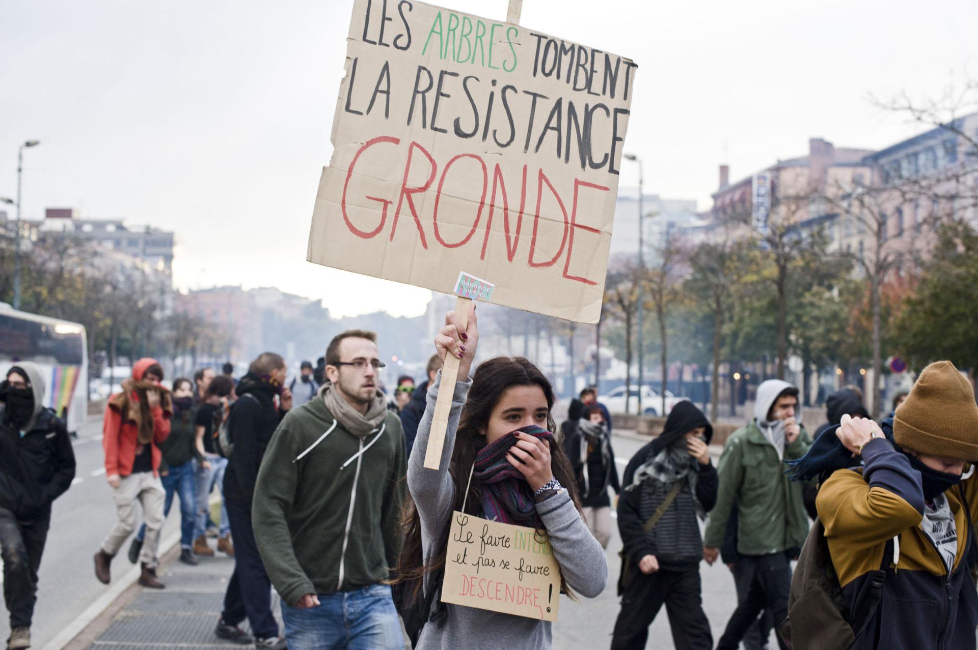 A Toulouse, le samedi 8 NOVEMBRE 2014Rassemblement à la mémoire de Remi FRAISSE et manifestation pour l'abandon définitif du projet de barrage a Sivens à l'appel du collectif Le T.E.S.T.E.T. (Tous Ensemble pour Sauver le Testet et Tout le reste).. Rassemblement non autorisé par la prefecture et qui sera perturbé par de nombreux affrontement avec les forces de l'ordre dans le centre de la ville.
