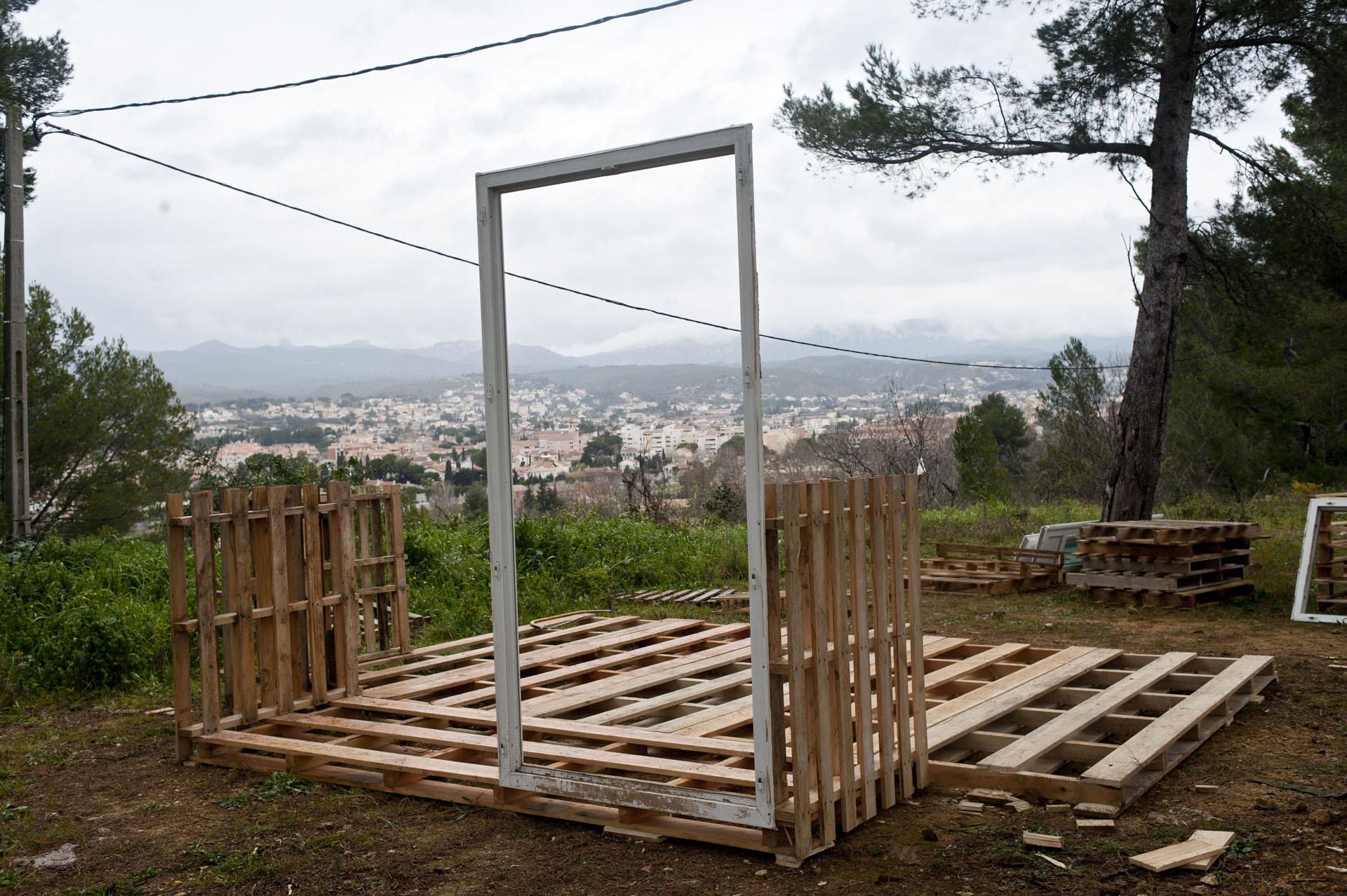 14 fevrier 2015, à Allauch, péripherie de Marseille, des opposants s'installent sur une terre agricole pour contester un  futur amenagement routier sur l'est de la ville.Création de la ZAD d'Allauch.