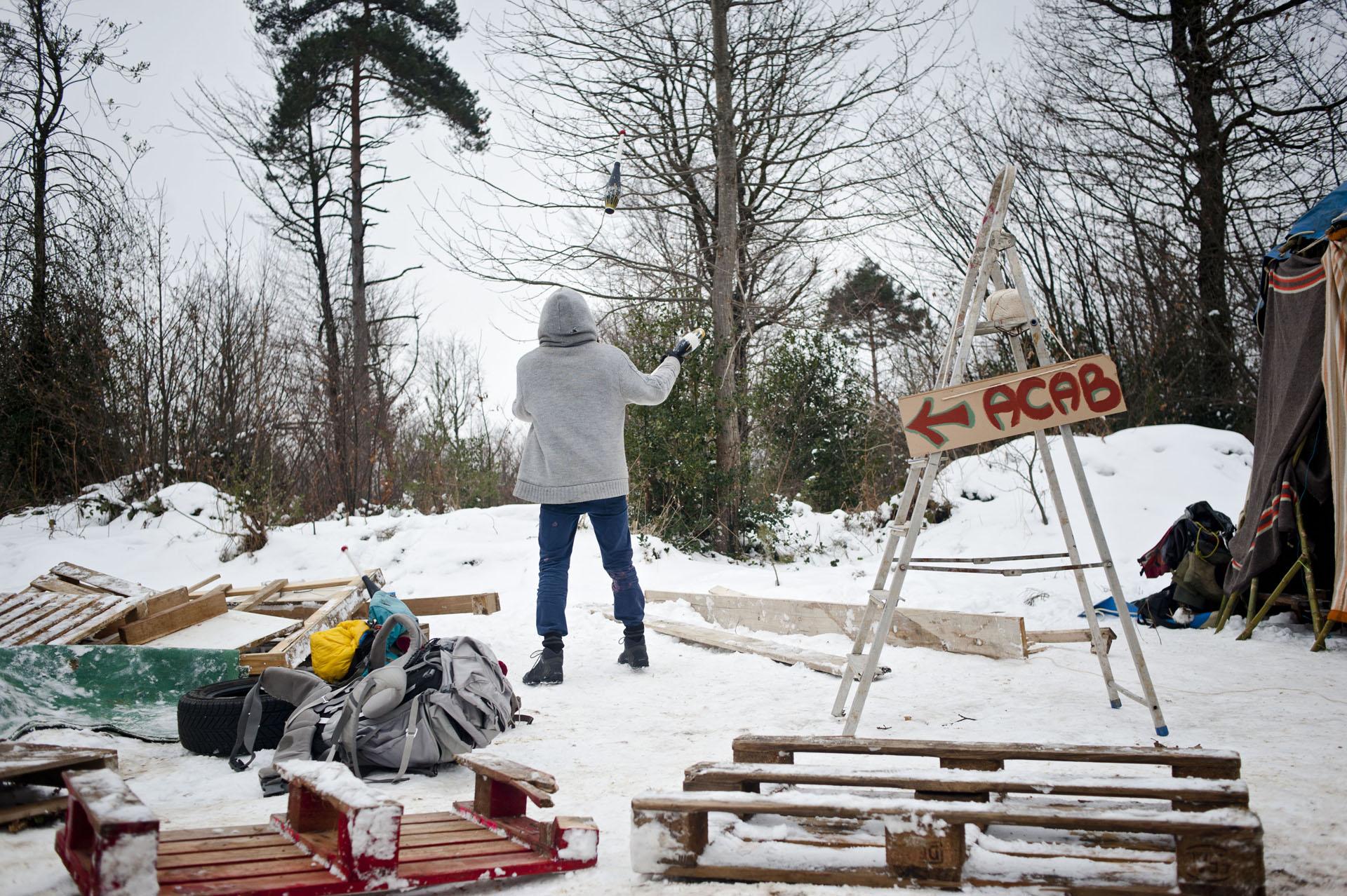 """A Roybon (38), site en travaux d'un futur Center Parcs, le 8 février 2015. Les opposants de la ZAD organise le week end """"OPEN BARRIKAD"""" pour construire des habitations sur la zone.L'accès au site est bloqué par arrété municipal pour tout véhicule. Les forces de Police sont accompagnés ce jour là par  des soutiens du projets qui bloquent eux même l'accès au site (7 barrages effectifs)."""