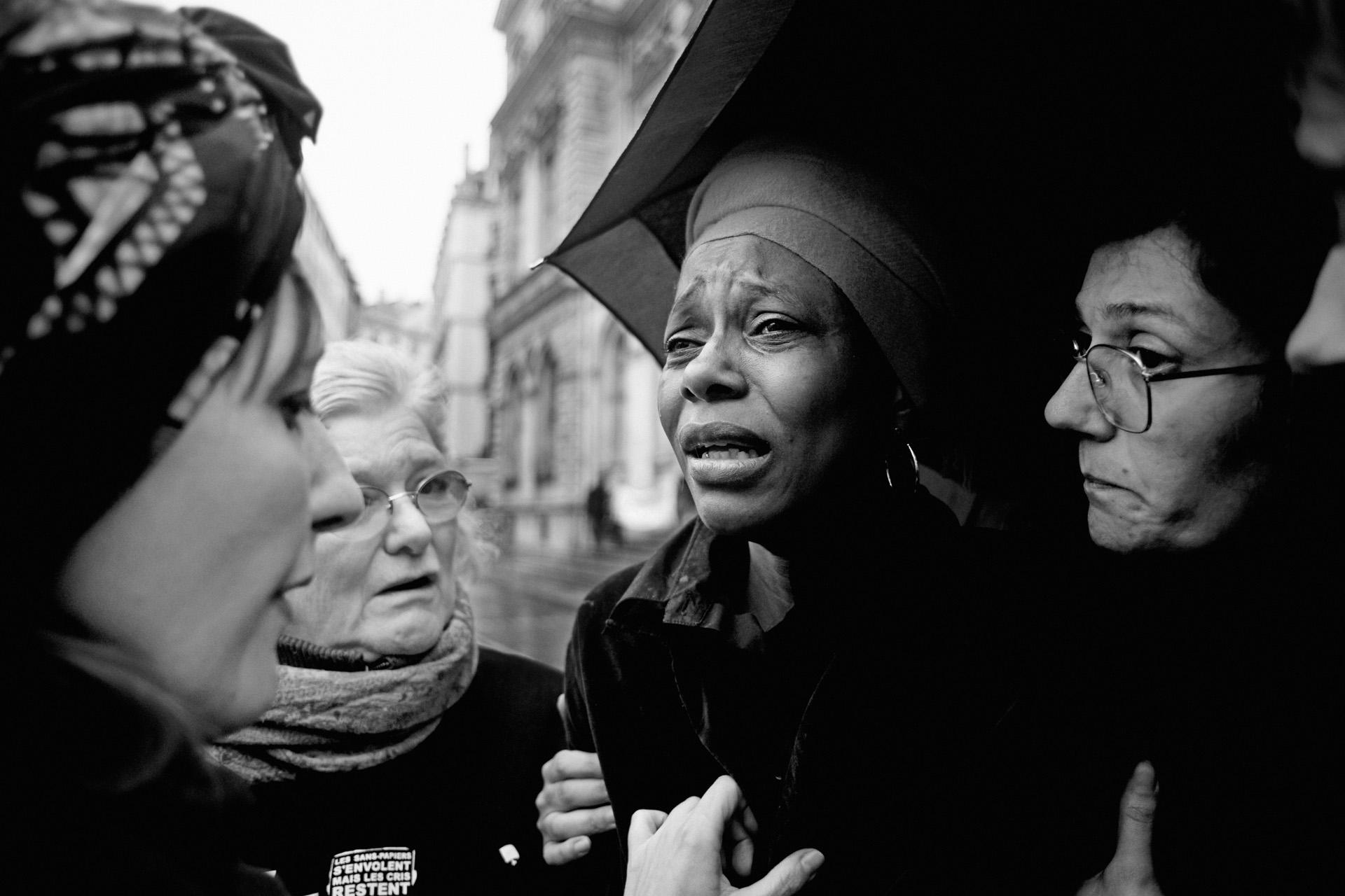 Lyon, le 7 avril 2010. Florence s'effondre lorsqu'elle apprend que Guilherme a été embarqué dans un avion du ministère jusqu'à Roissy. La préfecture craignait une trop forte mobilisation sur un vol au départ de Lyon. À Roissy, le commandant de bord du vol Air France refusera d'embarquer Guilherme entravé et bâillonné.
