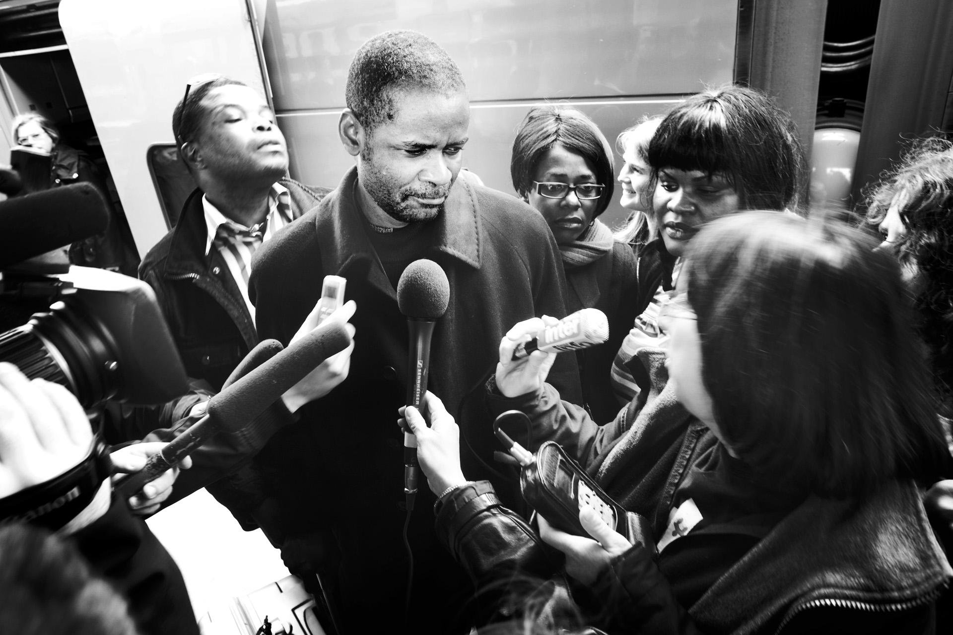 Lyon, le 9 avril 2010. De retour à Lyon, Guilherme répond aux médias. Ses premiers mots iront au préfet Jacques Gérault, qu'il remercie pour avoir fait de lui à nouveau un homme libre. Malgré ses propos loin de toute polémique, Le Progrès titrera le lendemain : « Le sans-papiers qui défie l'État ».