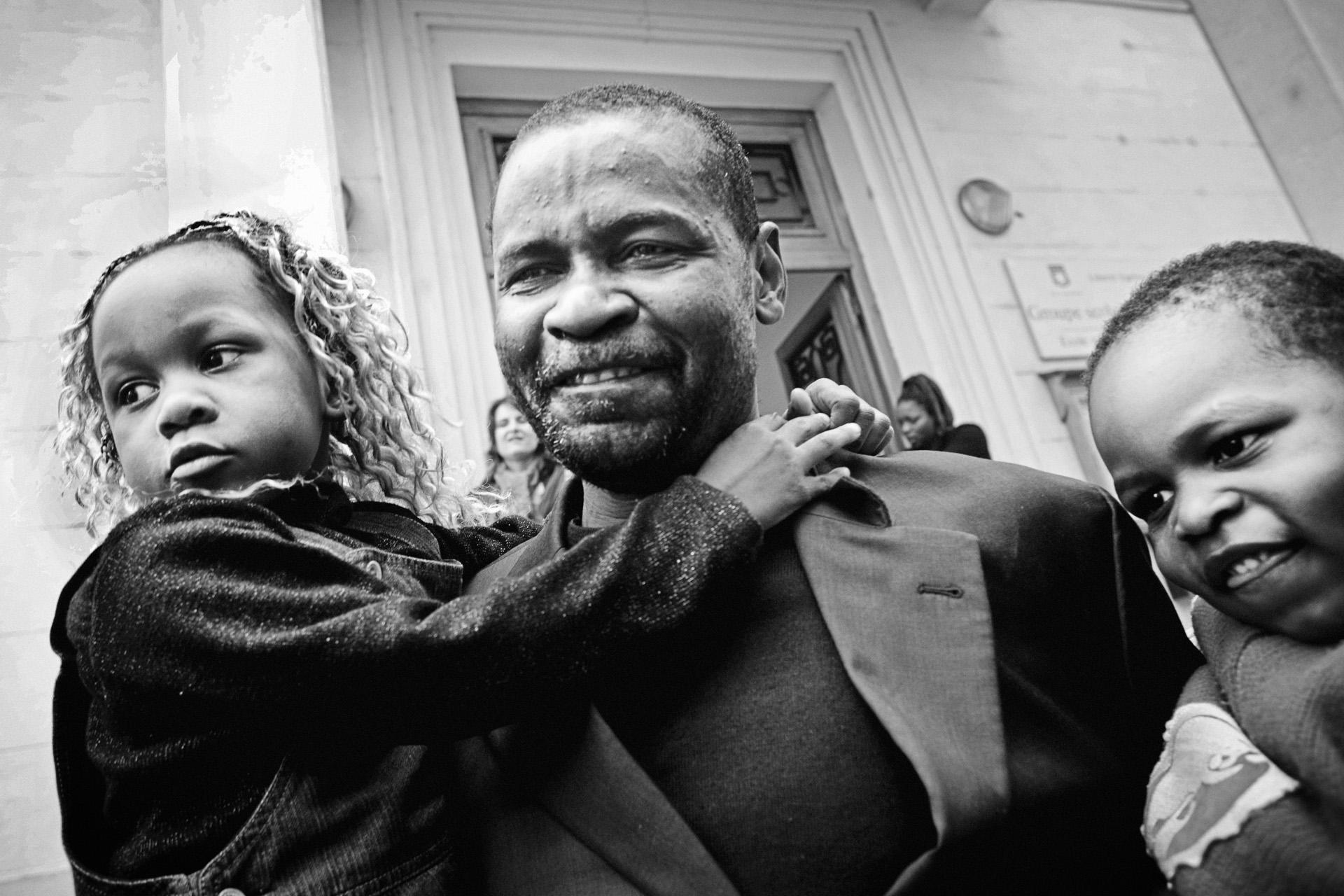 Lyon, le 9 avril 2010. Guilherme retrouve à la sortie de l'école ses enfants qu'il n'a pas vus depuis le 18 janvier, date de sa première interpellation suite à un contrôle d'identité. Le 31 janvier, il sera condamné à deux mois de prison ferme pour refus d'embarquement lors de la première tentative d'expulsion.