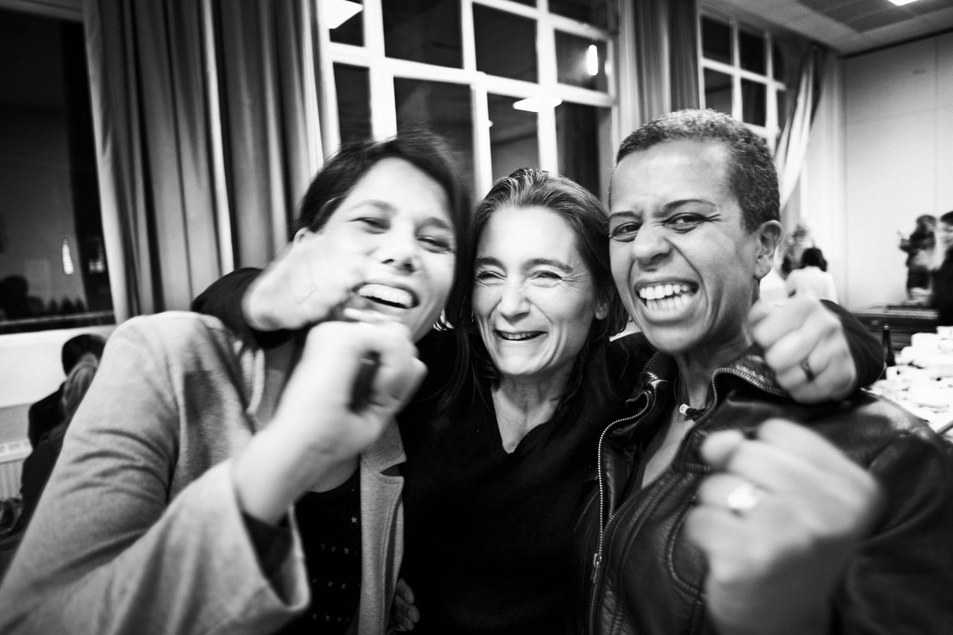 Lyon, le 9 avril 2010. Conscients que la lutte pour la régularisation n'est pas finie, les membres du collectif de soutien affichent tout de même leur satisfaction de voir Guilherme de retour aux côtés de sa famille. Ils savent cependant que l'obtention de papiers peut prendre des années et que la menace d'expulsion reste très présente.