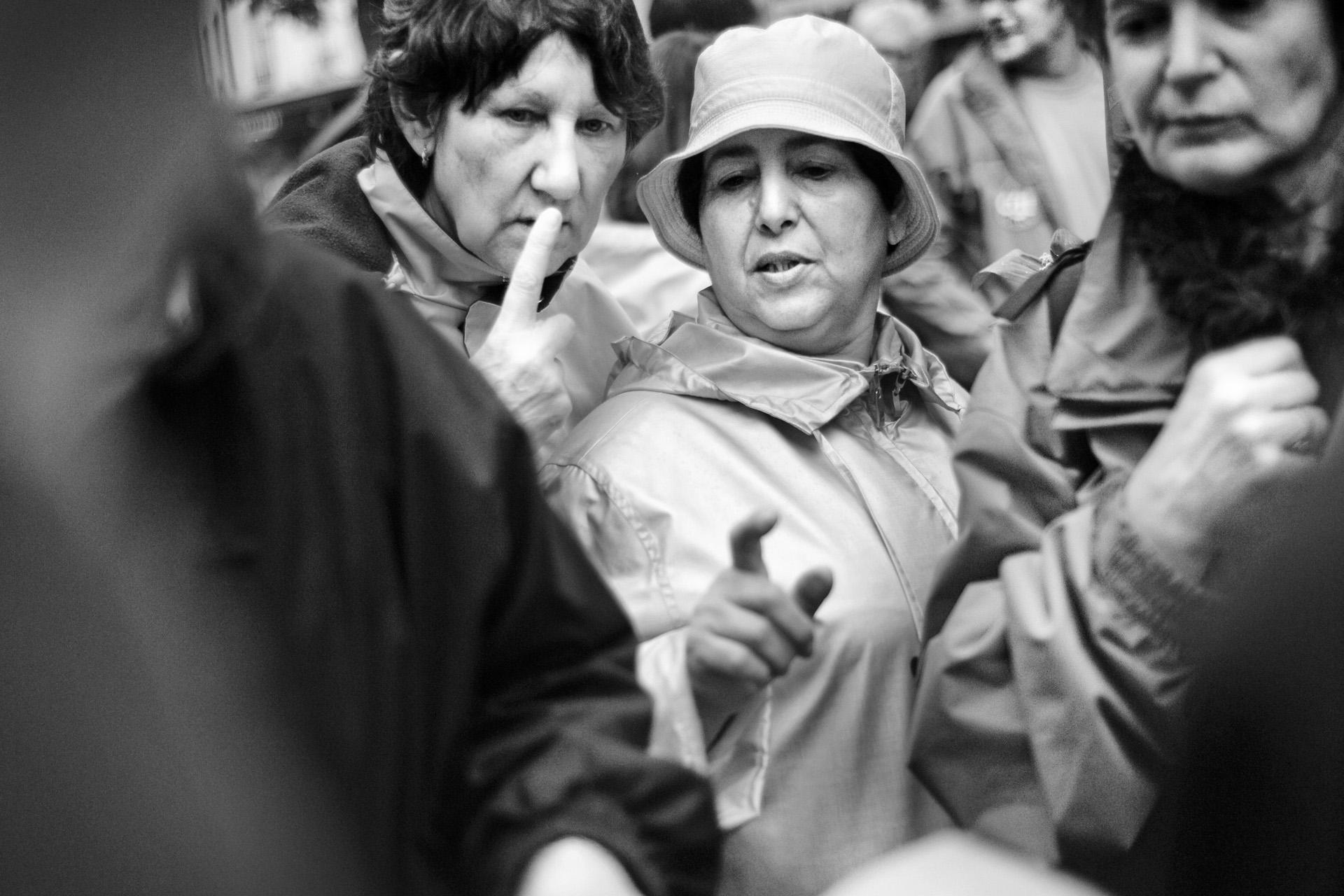 Lyon, le 1er  mai 2010. Durant la manifestation nationale, le collectif de soutien interpelle les manifestants pour les sensibiliser à l'histoire de Guilherme et leur faire signer une lettre au préfet qu'ils remettront en préfecture au cours d'une manifestation prévue le 25  mai.