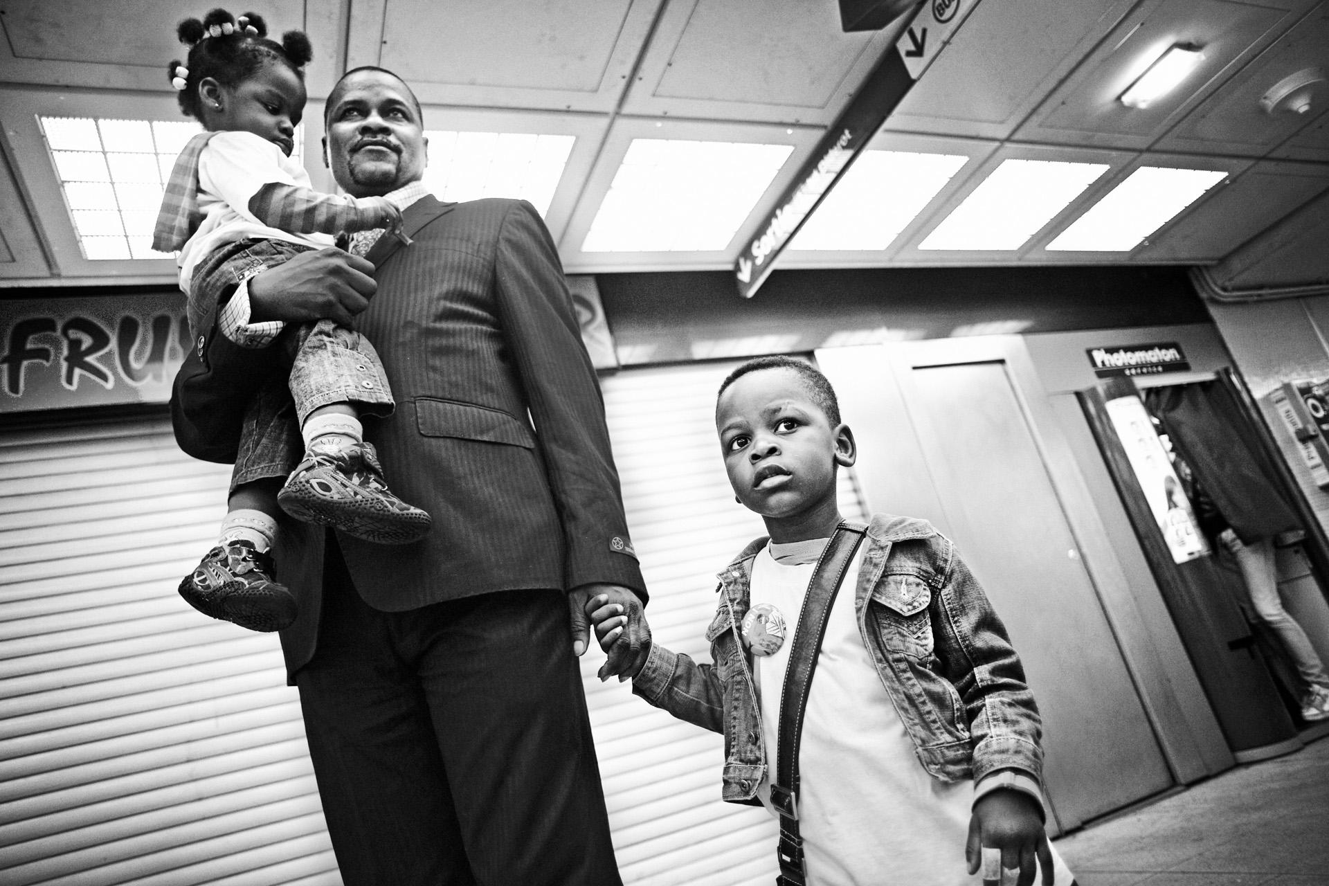 Paris le 4  septembre 2010. Guilherme, dans le métro gare de Lyon, où il retrouve ses enfants pour se rendre à la manifestation nationale de lutte contre le racisme et la xénophobie. Depuis son départ de Lyon en avril, il ne les avait vus que quelques jours durant l'été.