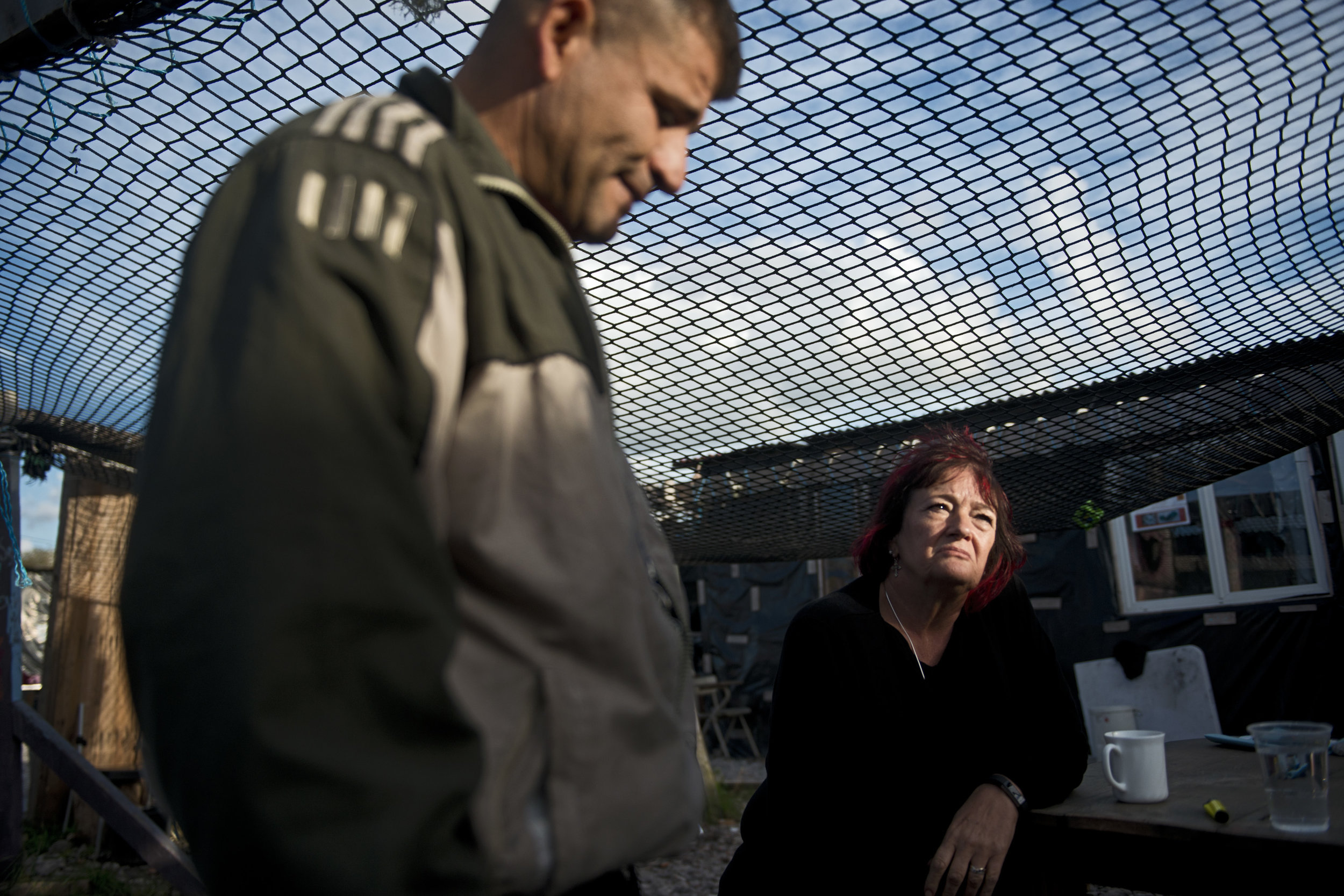 Eileen, une ancienne directrice d'école et  Marco Mark, l'un des fondateurs de l'Ecole des Dunes s'inquiètent  de l'avenir de ceux qui ne sont pas encore partis et de «tout ceux qui n'auront aucun endroit où aller, car  il y aura toujours des migrants anglophones qui chercheront d'abord à rejoindre l'Angleterre». Ces deux ressortissants britanniques savent aussi que cette fois, rien ne pourra sauver l'Ecole des Dunes. Si il n'y a officiellement plus aucun réfugié dans les environs, le lieu ne pourra être préservé comme il l'avait été en mars dernier, lors du démantèlement de la zone sud. Marco explique avoir déjà mis à l'abris les panneaux solaires, la photocopieuse et les livres de l'école qui sera bientôt rasée.  Cela fait deux ans qu'il porte ce projet à bout de bras. « Il y a une demi-heure, je l'ai vu pleurer» dit simplement  Eileen.