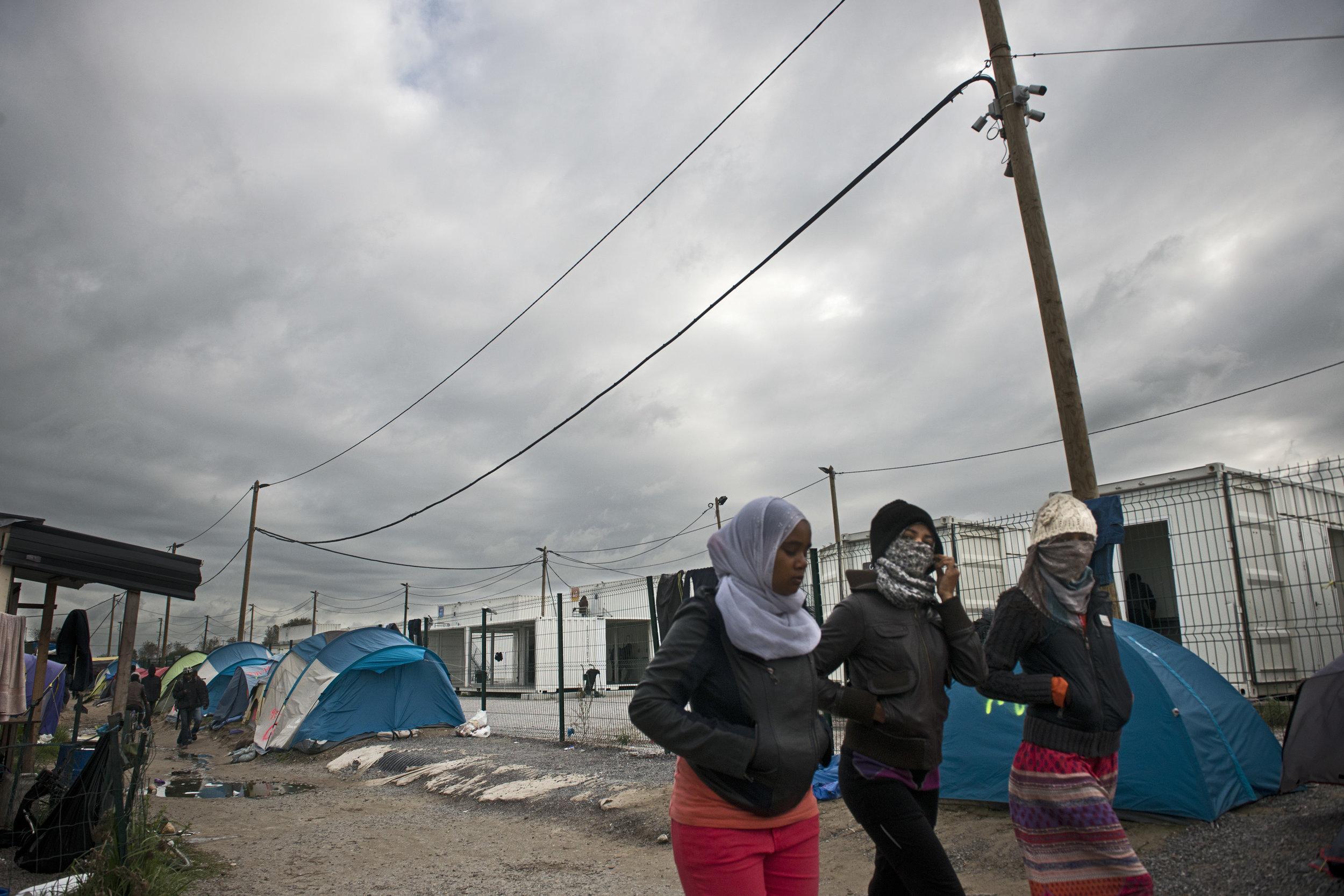 La Jungle commence visiblement à se vider.  Cet été,  il n'y avait plus aucun espace disponible pour poser une tente autour du  CAP (Centre d'Accueil Provisoire).  Ce n'est plus le cas aujourd'hui. L'annonce du démantèlement pousse les plus déterminés  à multiplier les tentatives de passage vers  l'Angleterre.  Les associations et les bénévoles constatent également que certains réfugiés ne veulent pas être emmenés dans les centres d'hébergement par crainte d'être «dublinés», et  renvoyés  vers le premier pays européen qu'ils ont foulé. Ils préfèrent alors quitter d'eux-mêmes la Jungle pour se mettre à l'abri à Paris ou ailleurs le long du littoral, «avant que  l'ouragan Cazeneuve ne souffle sur le camp».