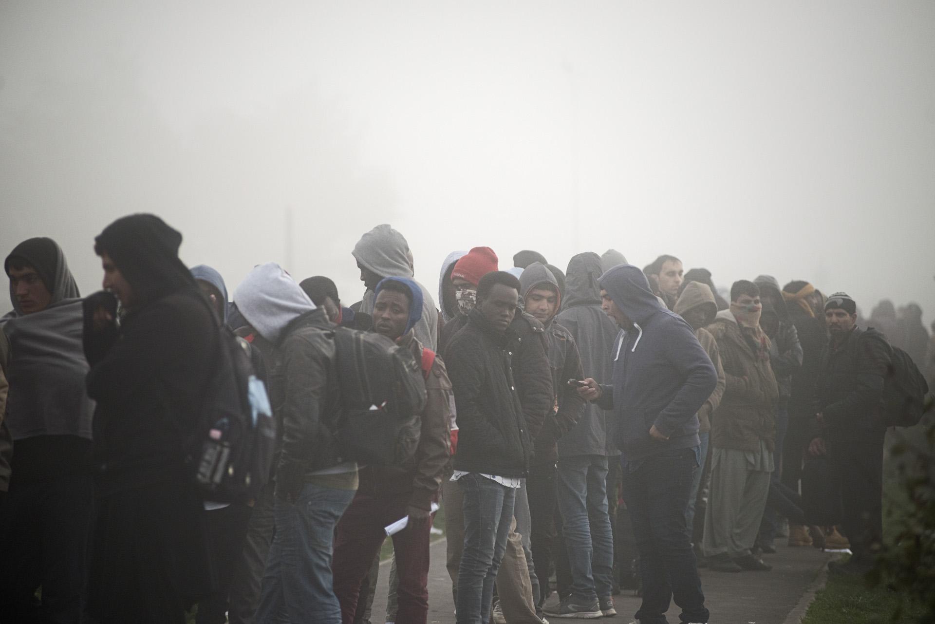 Calais, lundi 24 octobre 2016. Dans ce matin glacial, l'État français lance sa première grande opération de « mise à l'abri » ou d'évacuation de migrants. Devant un hangar désaffecté de 3 000 mètres carrés transformé en « point d'accueil » et en gare routière, les plus pressés sont arrivés dans la nuit, plus de deux heures avant l'ouverture des portes. Il faut d'abord entrer dans un sas pour sortir de la jungle.