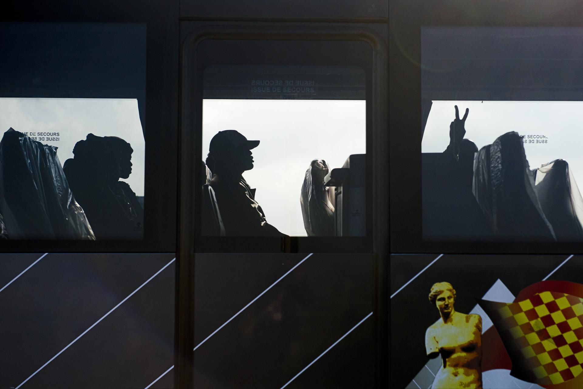 Calais, entre le 23 et le 27 octobre 2016. Au moment du départ, dans l'un des 60 bus réquisitionnés pour l'occasion, c'est le soulagement pour certains qui, comme Ajmal, un Afghan de 26 ans, reconnaissent « ne plus en pouvoir de la vie trop dure de la jungle », même s'il n'a aucune idée de ce à quoi peut ressembler la vie dans cette région d'Aquitaine où il doit partir. Mais au moins, lui, il sait qu'il ne part pas pour Paris, alors que « c'est ce que l'on a fait croire aux plus hésitants pour les pousser dans les derniers  bus », dénonce l'association Utopia 56 qui a reçu plusieurs témoignages en ce sens. « Des mineurs isolés, qui avaient été préalablement identifiés et qui devaient faire l'objet d'une réunification familiale en Grande-Bretagne, se sont aussi retrouvés dans les bus », dénonce de son côté Solenne Lecomte, la coordinatrice de la Cabane juridique. Quatre jours après le début de l'opération, son association avait déjà identifié six mineurs envoyés dans des CAO non habilités à les accueillir.