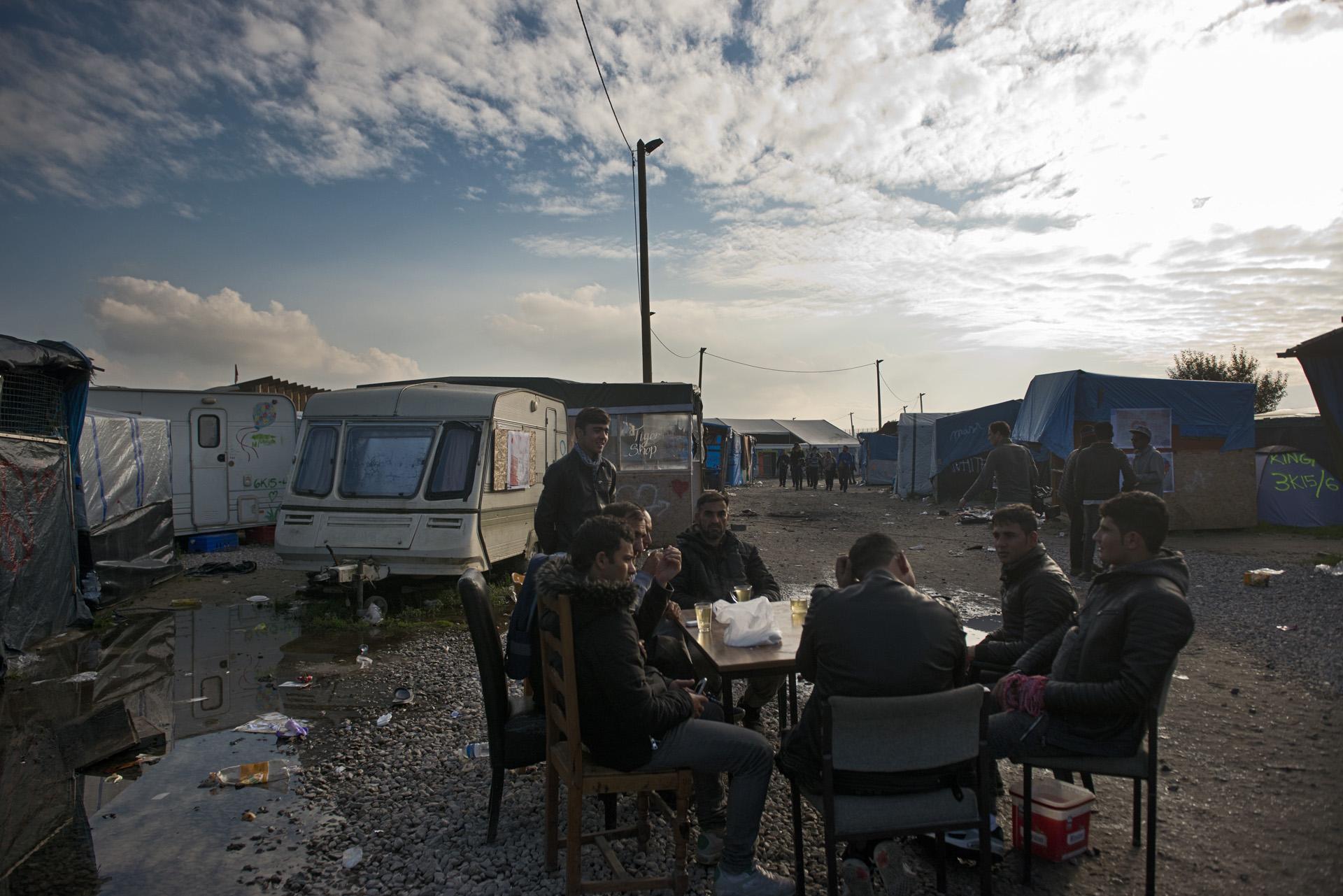 Calais. Shirzad, Abdul, Momtaz, Baktiar, Sangari et Baktiar se sont ostensiblement installés au milieu de l'artère principale du bidonville. Ils ont en commun d'être originaires d'Afghanistan et d'être identifiés comme « des relais communautaires » auprès des associations et des autorités. Ils assurent vouloir convaincre les « récalcitrants » de quitter les lieux. Pour eux, le dilemme du départ est réglé : tous ont déjà lancé une procédure de demande d'asile en France.