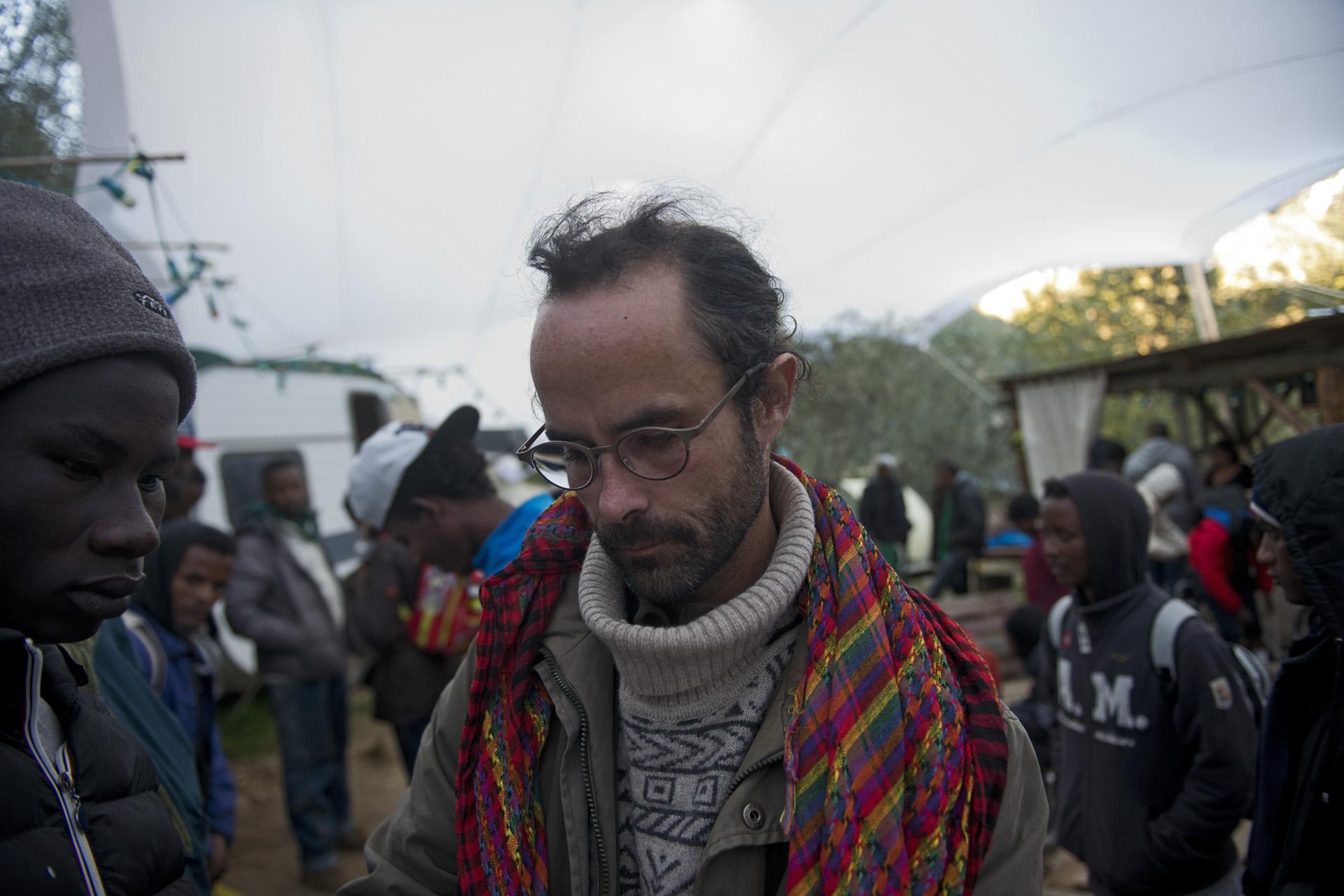 Cédric Herrou est un des habitants de la Roya qui accueille les migrants de passage. Mais cet agriculteur de 37 ans s'est rapidement retrouvé débordé. A la mi-octobre, avec d'autres habitants de la vallée, il installe 70 exilés  «en détresse »  dans un bâtiment désaffecté de la SNCF à Saint-Dalmas-de-Tende. Le camp informel sera fermé au bout de 3 jours par les forces de l'ordre. Et Cédric Herrou appelé dans la foulée à comparaître pour  «aide à l'entrée sur le territoire et au séjour irrégulier ». En août dernier, dans une 1ère affaire classée sans suite, le parquet de Nice avait estimé que Cédric Herrou bénéficiait d'une «immunité humanitaire» car il avait agit sans rétribution et en faveur de personnes qu'il jugeait en péril. Lors de ce nouveau procès, il risque jusqu'à 30.000 € d'amende et 5 ans de prison.