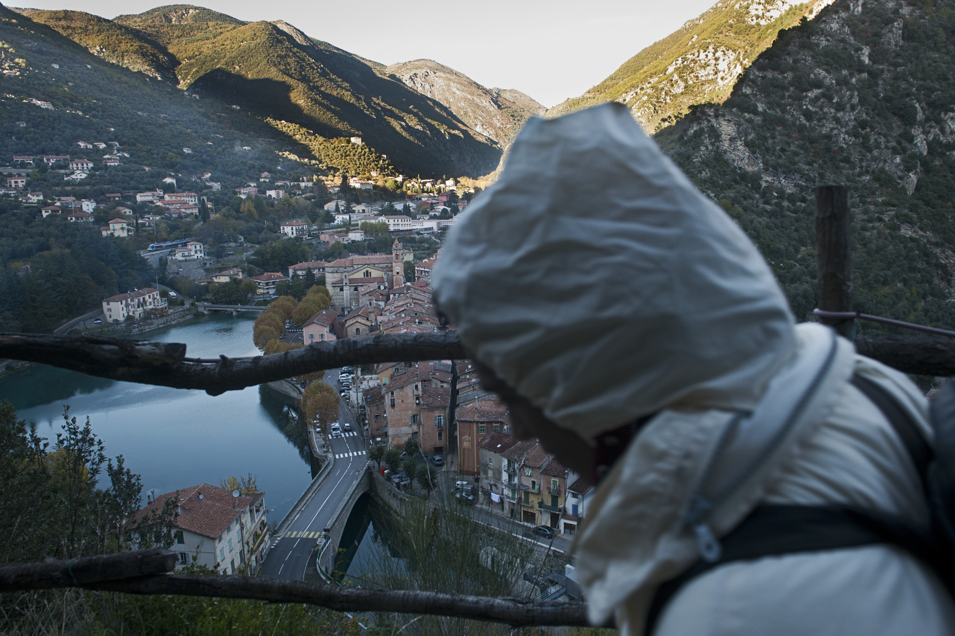 Le village de Breil-sur-Roya dans les Alpes-Maritimes est situé à une dizaine de kilomètres de l'Italie.  Depuis la fermeture de la frontière à Vintimille le 15 juin 2015, les migrants tentent de traverser la frontière à pied. Quand ils ne se perdent pas dans la montagne, ils convergent vers les différents villages de la vallée de la Roya.