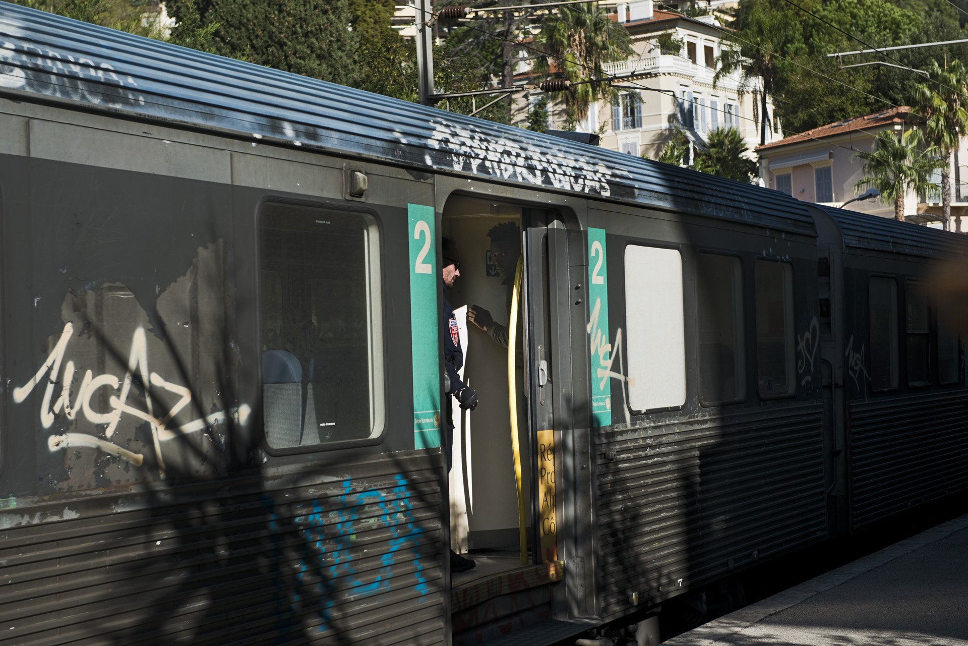 Le contrôle de la frontière se fait côté français. Tous les trains en provenance d'Italie sont arrêtés à la gare de Menton-Garavan. Des CRS passent de wagon en wagon à la recherche de migrants potentiels. Un jeune Soudanais qui avait tenté de se cacher dans les toilettes vient d'être repéré. Il sera sorti du train comme cinq autres passagers.