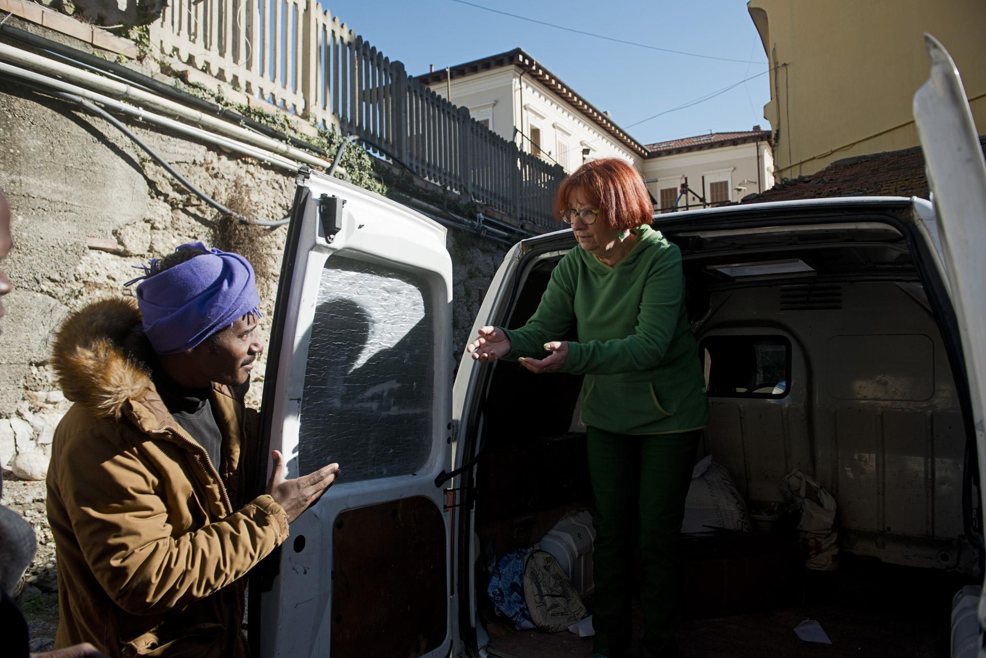 Des dons de vêtements et de kit hygiène affluent vers les locaux de Caritas à Vintimille grâce à la mobilisation de bénévoles comme Teresa Maffeis, présidente de l'association niçoise ADN. Cette militante super active organise chaque semaine des collectes pour les migrants de Vintimille.