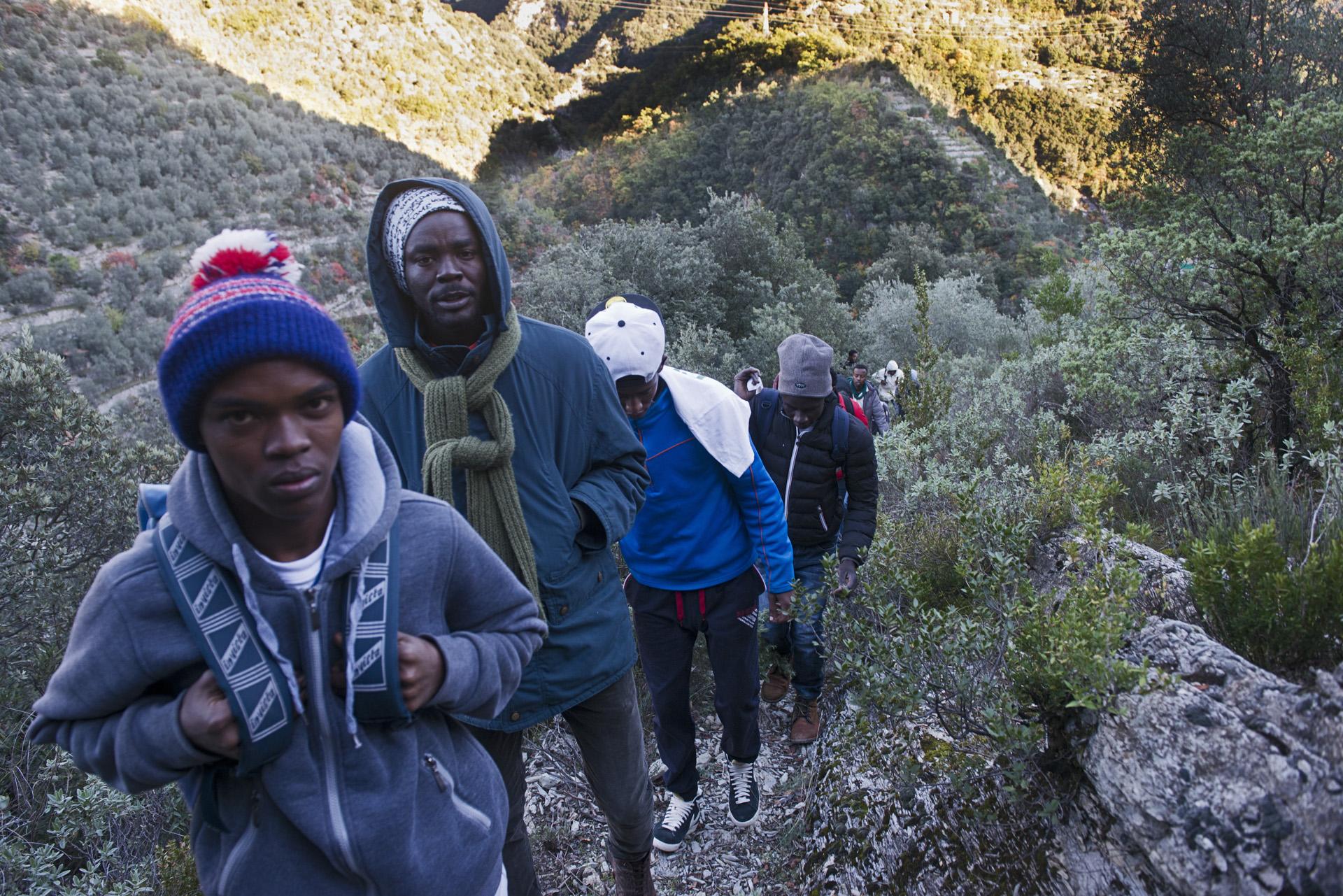 Malgré les patrouilles militaires et au risque de se perdre, certains migrants tentent la traversée de la frontière par la montagne. Si la vallée de la Roya est un point de passage entre l'Italie et la France, elle est aussi un cul de sac. Les migrants qui remontent la vallée vers le nord ne se rendent pas compte qu'en poursuivant ainsi leur route, ils vont se retrouver de nouveau en Italie.