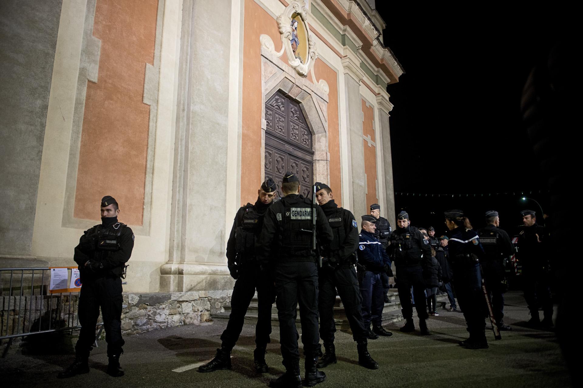 Le maire, en vacances, refuse de mettre une salle à disposition des migrants. L'évêque alerté par les membres de Roya Citoyenne accepte, lui d'ouvrir l'église du village. Juste en face, le responsable de la salle de prière musulmane est aussi prêt à accueillir les migrants. Mais la police se déploie en force sur ordre de la préfecture et bloque les accès de la salle de prière et de l'église Santa-Maria-in-Albis.