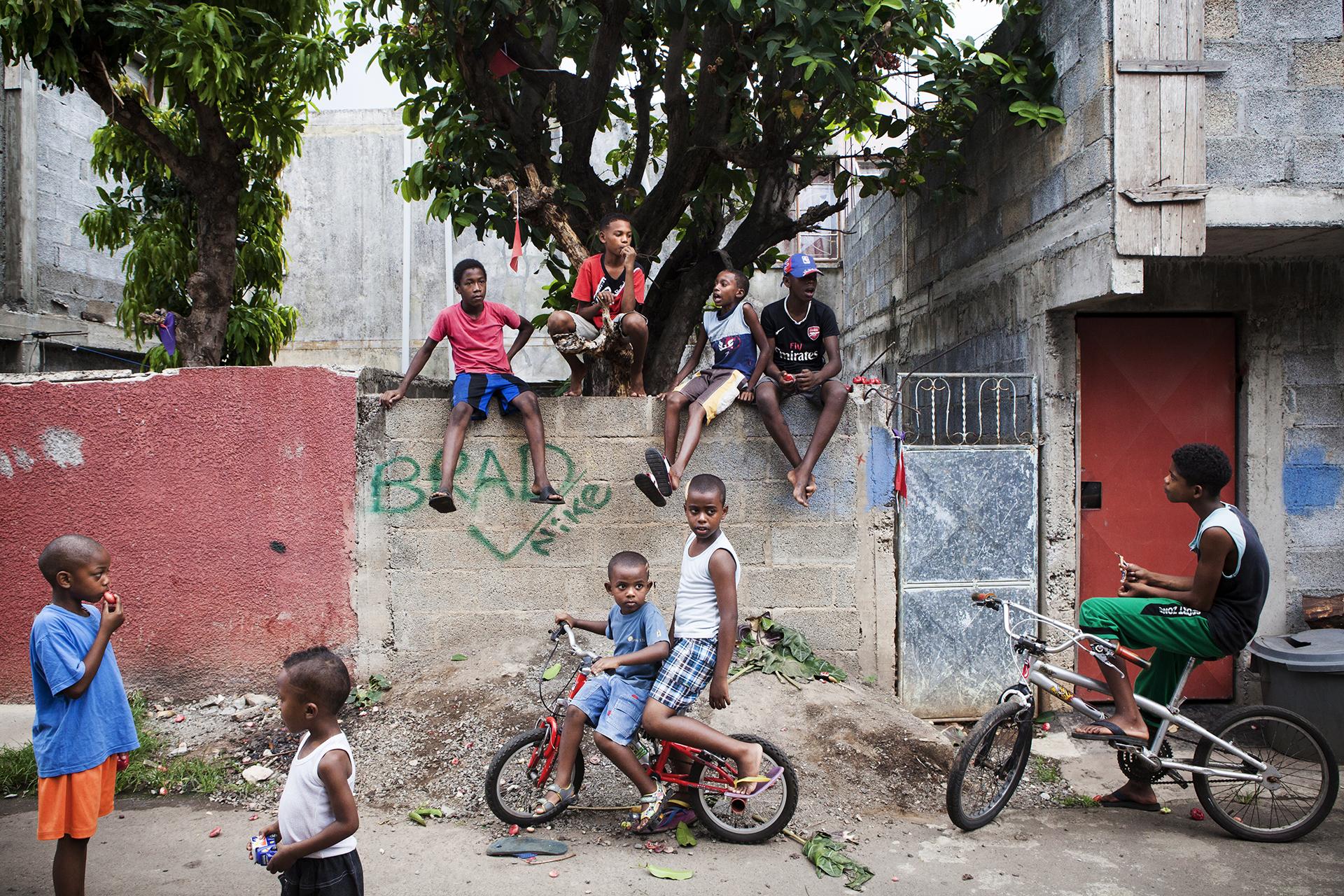 La journée la vie bat son plein dans le quartier de batterie cassée. Les rues sont animées, les familles sortent sur le bitume, les enfants jouent simplement. Le soir venu, il faut rentrer. Fermer les portes. Le quartier est devenu dangereux. De plus en plus. Ici se retrouvent les Chagossiens, les Rodriguais et les oubliés du miracle mauricien.L'insécurité monte dans l'île. Partout. En même temps que les inégalités. Principe élémentaire des vases communicants de l'économie sociale. Les quartiers aisés deviennent des forteresses. Les quartiers pauvres des poudrières. « Aux Chagos on vivait simplement, il n'y avait pas tous ces problèmes. »Cette phrase pourrait être attribuée à n'importe quel Chagossien.