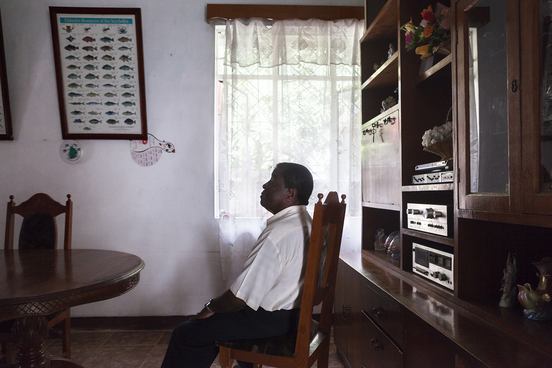 Des fanions multicolores flottent sur l'avenue principale du quartier de Cassi. Nous sommes en pleine période électorale et les bureaux des différents partis se multiplient, les affiches recouvrent les murs défraichis de couleurs éclatantes. Au milieu de ce tumulte se tient un homme : Fernand Mandarin. Entre la mosquée et le cimetière. Entre les prières et la fin inéluctable. Lui aussi gravite dans la sphère politique. Il est le dirigeant du Comité Social des Chagossiens (CSC). Depuis toujours il se bat pour que les siens retrouvent leur terre. Peu importe l'agitation de ce monde un peu fou.Fernand Mandarin commence à militer en 1995. « On n'avait pas le droit de baisser les bras ! Le slogan c'était : Retourn nout Chagos ! »  Il écrit à Boutros Boutros Gali aux Nations Unies avec l'avocat Lassemillante, pour revendiquer les droits des Chagossiens. « Puis on a écrit à Kofi Anan.  A tous. »Depuis il multiplie autant que possible les rencontres, les voyages, pour défendre son histoire.« En 1983, les mauriciens nous on donné une compensation ridicule en échange d'une signature. Pour renoncer à notre droit de retourner aux Chagos. Mais on ne savait pas ce qu'on signait. On ne savait pas ! »Sa lutte est simple : droit de retour et être considéré comme un peuple à part entière.« les gens nous appellent « ilois », mais non, nous sommes Chagossiens ! »Son combat l'oppose souvent à Olivier Bancoult.« Olivier Bancoult a pris un autre chemin que moi. Bancoult est arrivé ici à 2 ans, il n'a pas grandi aux Chagos ! il connaît pas ! « Mandarin accuse Bancoult de clientélisme. « Manger, boire, un ti peu l'arzen. Moi je ne fais pas ça ! »