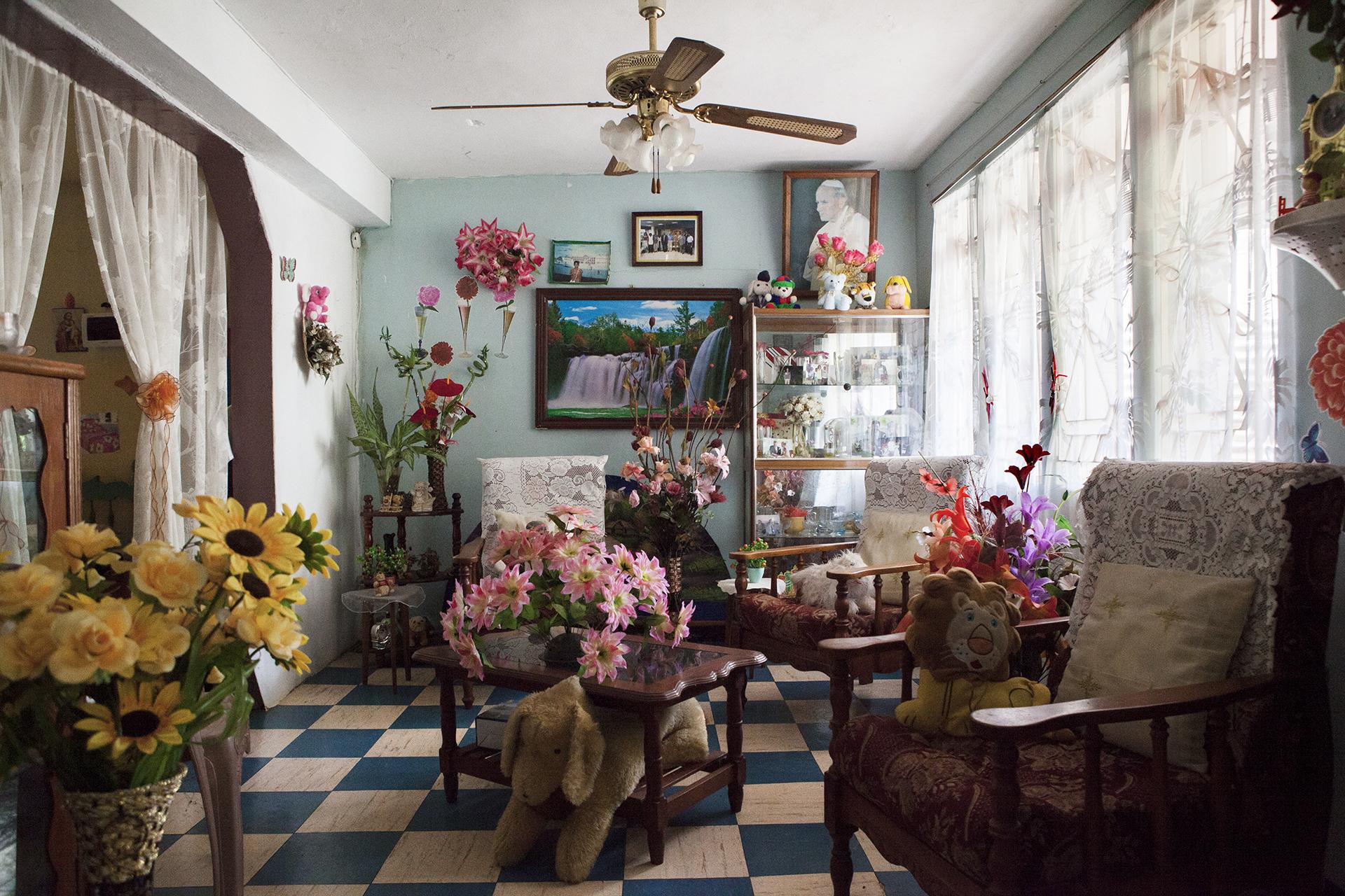 Nous sommes chez « Petit Frère ».Il habite la rue Diego Garcia. Diego Garcia. Son île natale. Aujourd'hui simple et pauvre rue du quartier de Batterie Cassée. Cette île vierge de toute trace de la civilisation. Simplement tournée vers la mer et le ciel. Ouverte sur le monde et la nature.Depuis 40 ans Petit Frère vit ici. Son salon est un mausolée kitsh où s'entassent bondieuseries, fleurs en plastique et peluches multicolores.Où le vide laissé par le passé est comblé de manière artificielle.« Aux Chagos on avait rien et on avait tout pour être heureux. Ici… ici y a rien de bon pour nous… »