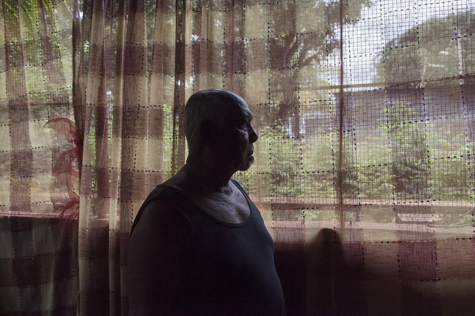 Dans la communauté Chagossienne, tout le monde connaît « Petit frère ».A 78 ans il est ce qu'on appelle « une figure ». Un porteur d'histoires. De son histoire. Celle de son peuple. De sa terre natale. Les Chagos.« On m'appelle petit frère parce que je suis le plus petit de la famille, mais ça a bien changé. »Quarante ans après son arrivée à Maurice, son œil est toujours humide lorsqu'il conte son histoire. « Je suis venu ici en 73, mais j'ai pas oublié ce que je vivais au Chagos. Ça part pas. »Petit frère parle de son mariage au Chagos,  de ses enfants nés là bas,  de ses enfants nés ici. «Les politiciens ne se soucient pas des Chagossiens. Chaque jour de l'indépendance de Maurice est un coup de poignard pour nous. Ca nous rappelle à chaque fois pourquoi nous sommes ici. Le gouvernement mauricien n'a jamais eu un mot pour ça, ne s'est jamais excusé pour cela.  Gouvernement mauricien a gagné beaucoup d'argent grâce aux Chagossiens, a gagné sa liberté. Nous on a gagné quoi ? »« Petit frère » n'arrêtera jamais de combattre pour retrouver sa terre.« Cela fait 40 ans que nous menons ce combat, est ce que les jeunes vont reprendre le flambeau ? Quand nous les anciens seront partis. Que va-t-il rester ? Il nous reste peu de temps. »