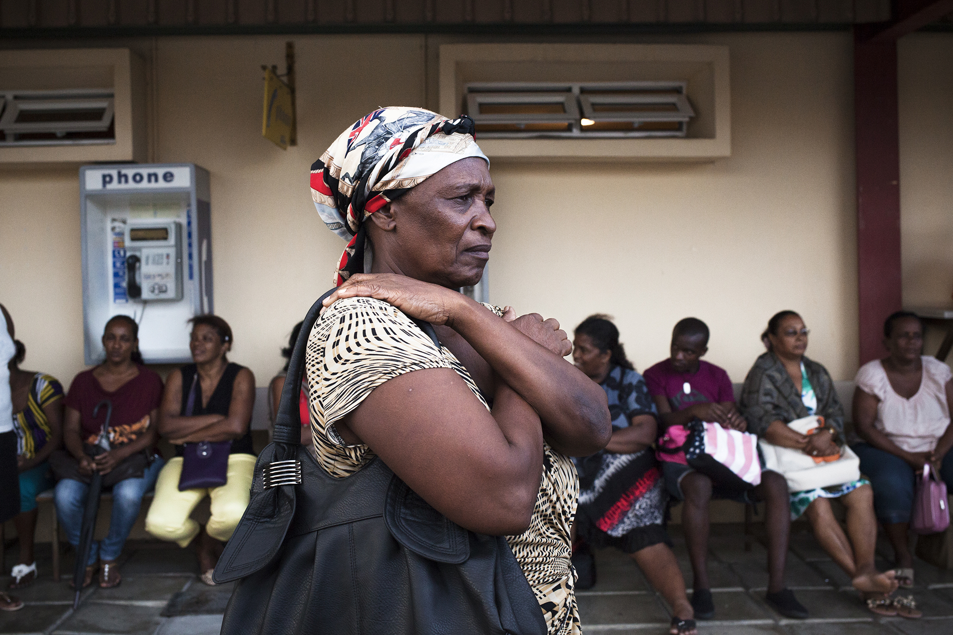 Rosemoun est née sur l'île de Salomon, aux Chagos. Elle a été déplacée sur l'île Maurice en 1972, accompagnée de son premier enfant et de son mari mort depuis. Dix ans qu'elle est mariée à Emilien et habite dans le quartier de Roche Bois. Nou na fait plein pétitions ek Obama, mais rien.Angleterre, rien.Maurice, rien.Personne fait rien pour nous.Imazin ou l'est dan' l'endroit ou vit, ou travaille, ou élève zenfants… Maurice i enlèv' tout, i déplace ou ailler et na rien ! Point de compensation ? Sans conditions ? Lé normal ? Ou peut vivre normalement ? Même quarante ans après ? Ou peut oubli out paradis ? Nou vivait tranquille, nou vivait sans embèt' personne. I prend pour faire base militaire. Nou parte et pour pour quoi ? Pour rien ? C'est grâce a chagossien que Maurice gagne indépendance et ? Quoi pour nous ? Vivre dans la misère ?