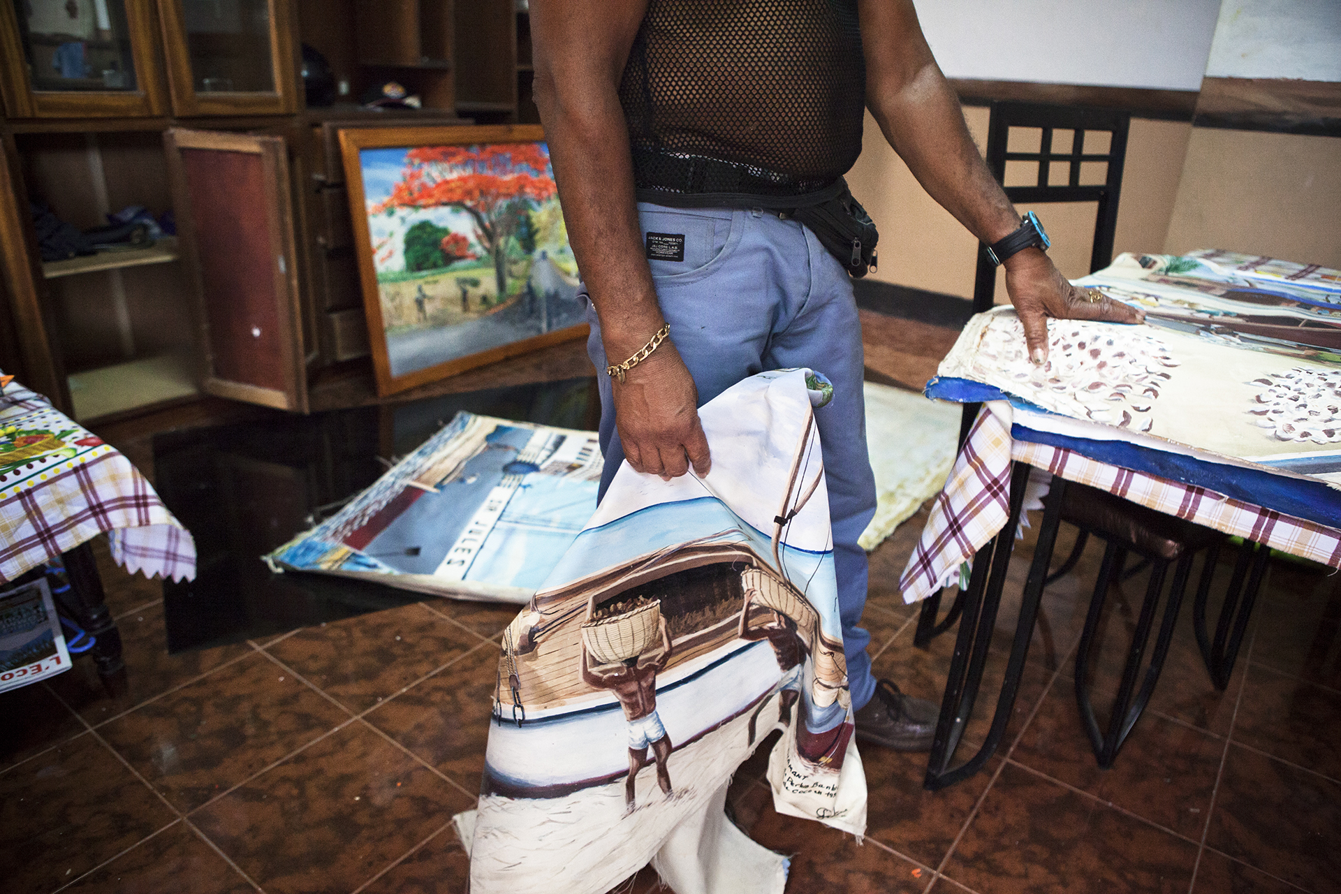 Clément a 67 ans. Sa jeunesse il l'a passé aux Chagos. Faisant souvent l'aller retour avec l'île Maurice. « Là bas on n'avait pas besoin d'argent. On vivait juste avec sa maison, la pêche, un peu de riz. Facile. » Depuis il peint son île, ses souvenirs. Inlassablement.Avec le temps il s'essaie à de nouveaux motifs. Lady Dy, Bob Marley, la Queen Mom. Mais revient toujours à ces plages où s'écoulent tranquillement cette vie passée et aujourd'hui disparue. Il se prend à rêver d'une belle exposition. Pour vivre et faire vivre tous ces souvenirs. « Les Anglais n'achètent pas mes toiles. Ils sont radins. »Clément est le seul peintre des Chagos. Le premier et sans doute le dernier.
