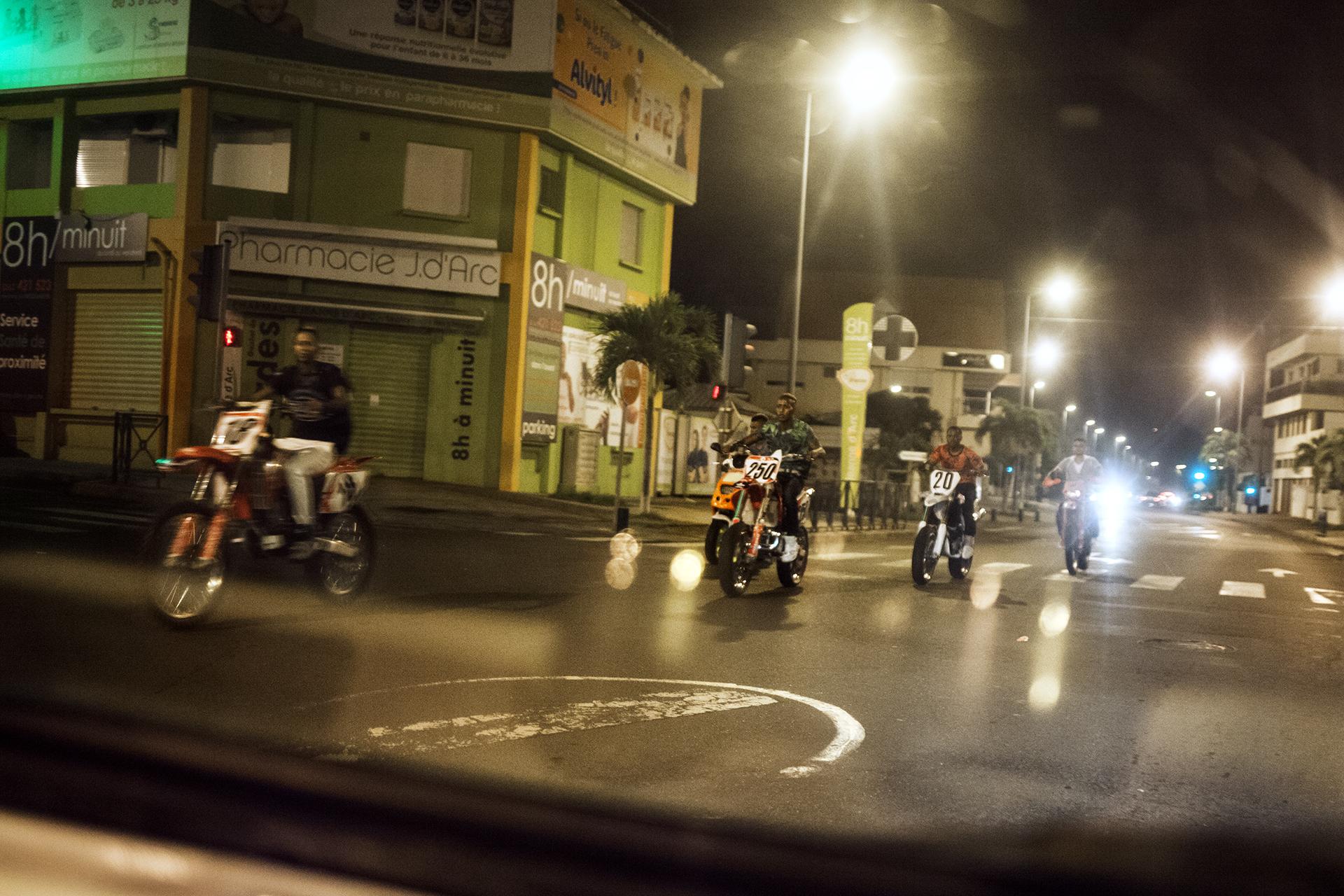 Les jeunes du Port commencent à tourner à moto dans toute la ville. C'est une tradition ici, vieille de plus de 20 ans. Le soir de Noël et du 31 décembre, les jeunes et certains anciens défilent à moto dans toute la ville et au sont des klaxons. Ces rassemblements ne sont pas bien vus par les autorités.