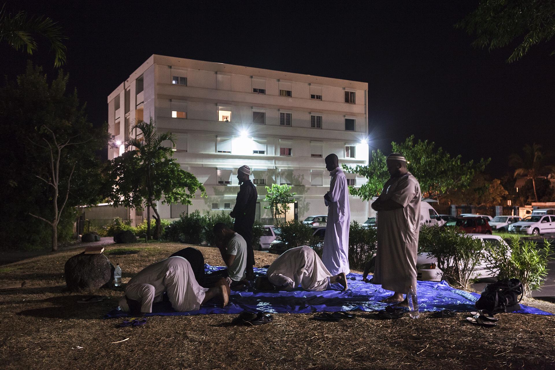Quartier de la ZUP, une prière est organisée deux à trois fois par semaine par la communauté musulmane du quartier. Chacun est libre de venir et d'y participer s'il le souhaite. La vie continue durant la prière, l'ambiance est au partage.