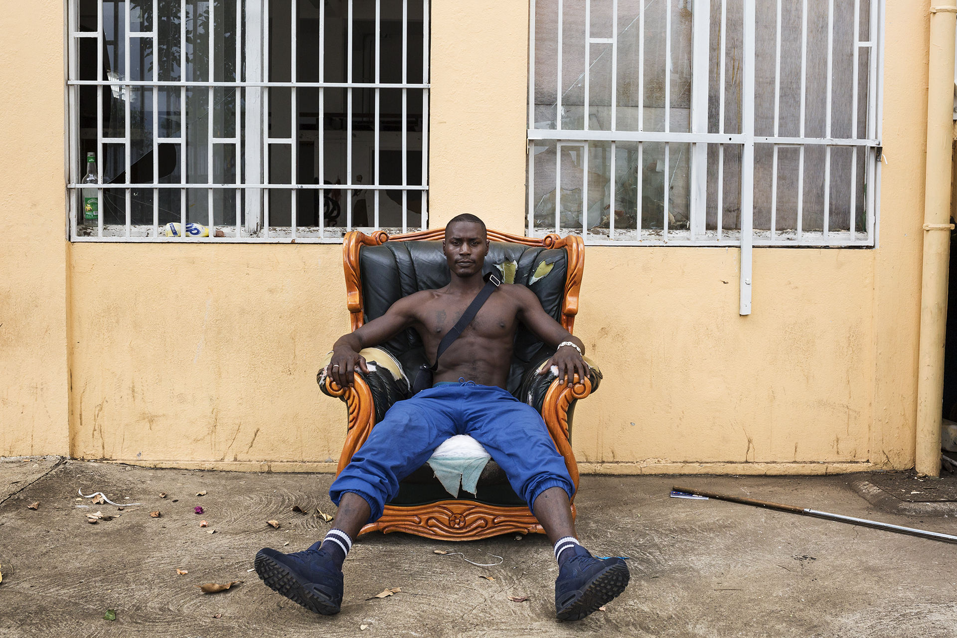 Djanfar est âgé de 28 ans. Originaire de Mayotte où il est né, il est arrivé assez jeune chez une de ses tantes au Port. Il a fait des études d'électricien mais n'arrivant pas à trouver du travail à La Réunion, il a décidé de partir en métropole et de s'engager dans l'armée pour cinq ans. Son contrat terminé, il est rentré à La Réunion. Après un an de recherche d'emploi sans succès, il a décidé de retourner à Mayotte.