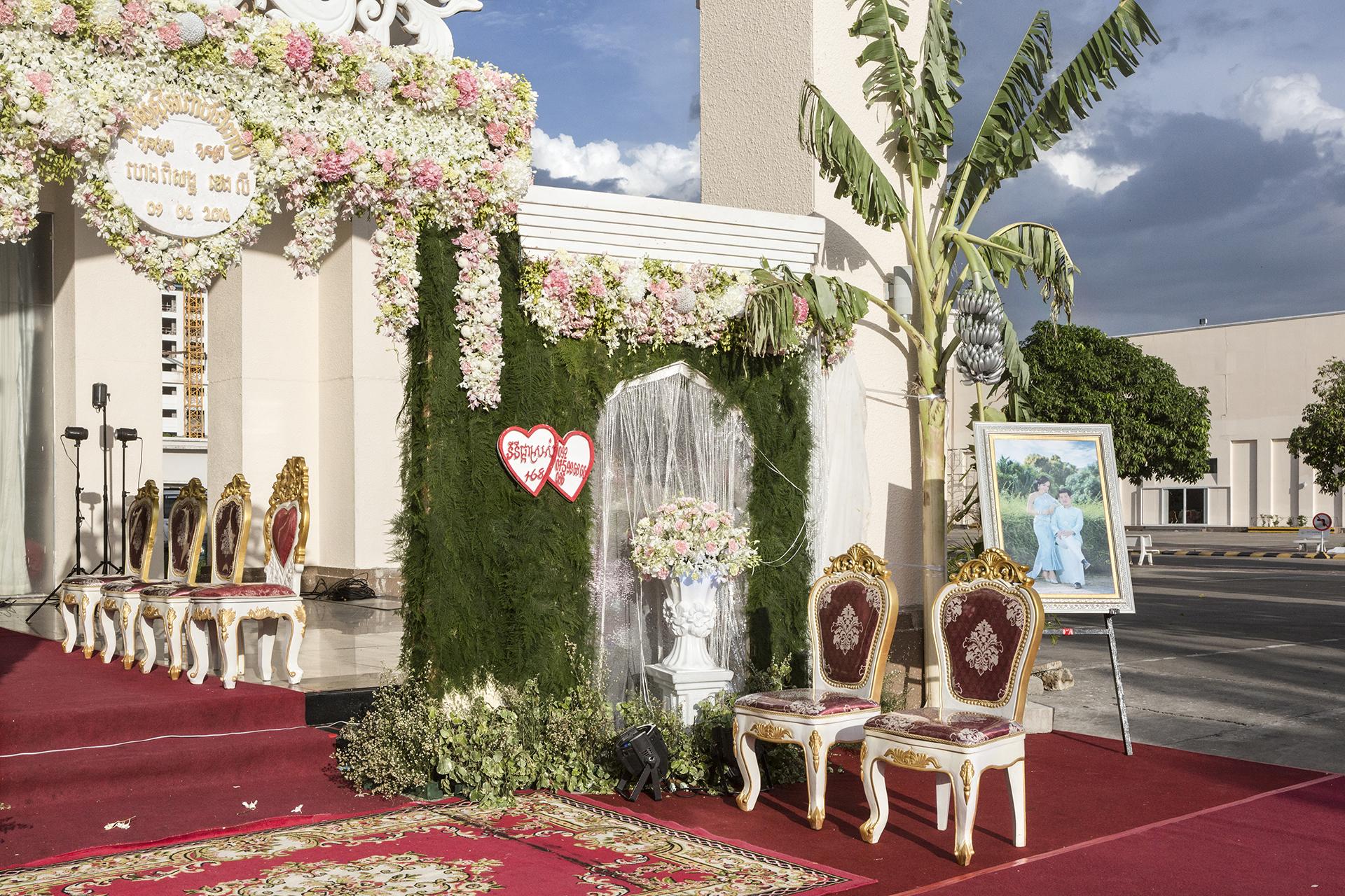 Une des particularités de Koh Pich est ses immenses salons de mariages très appréciés par la classe aisée cambodgienne. Ces salons qui ressemblent à de grands halls d'exposition accueillent des mariages gigantesques. Les décors sont souvent surdimensionnés.