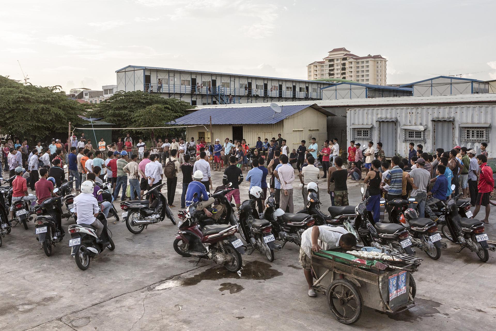 Quelque 200.000 ouvriers travaillent dans les différentes constructions de l'île. Les travailleurs sont généralement embauchés par des sous-traitants et payés à la journée. Nombre d'entre eux est des migrants venus des zones rurales qui dorment sur les chantiers dans des préfabriqués ou des campements de fortune. Entre 2011 et 2015, l'Organisation internationale du Travail a estimé qu'au moins 1 500 travailleurs sont morts sur les chantiers et dans les fabriques à briques.