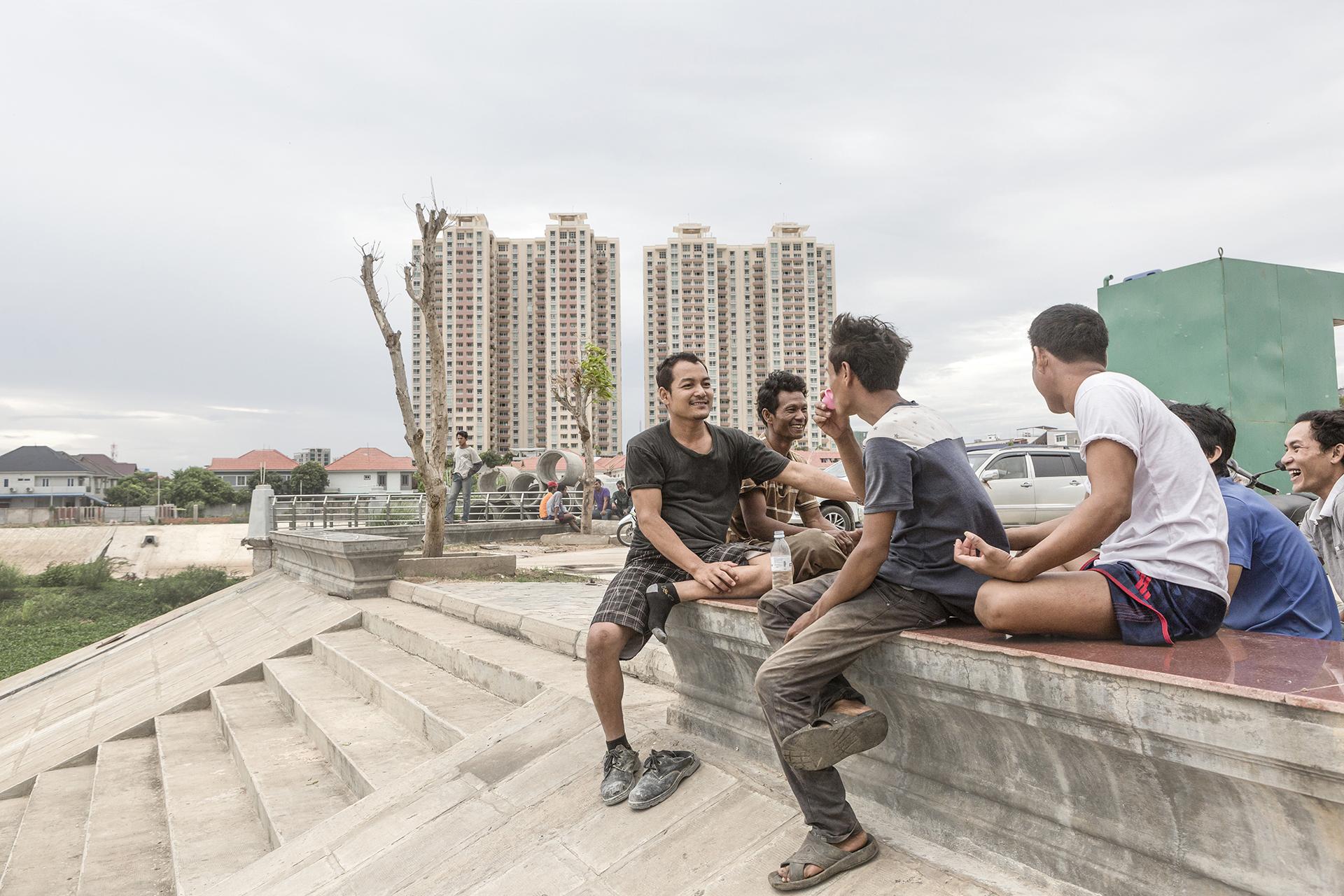 Fin de journée pour ces travailleurs. Ils se retrouvent autour d'un alcool de riz et de quelques cigarettes.