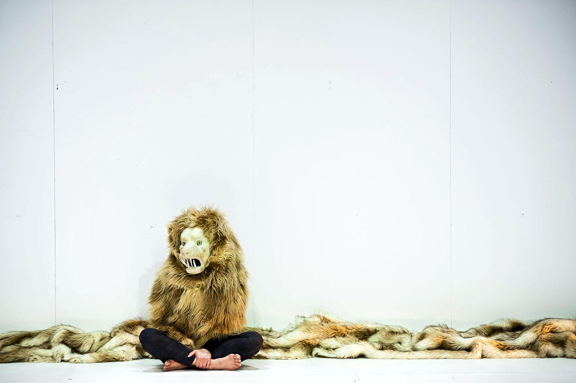 Lie like a lion Yasmeen Godder (Israël / USA) Dans le cadre du Festival Aire de Jeu #3 ( 2014).compositeur invité : Nico MUHLY