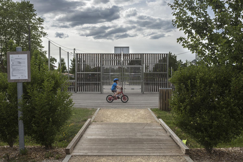 Belin-Beliet, le 15 mai 2017. Proche du centre commercial et des écoles un parc pour enfant et des aménagements sprtifs ont été installés.