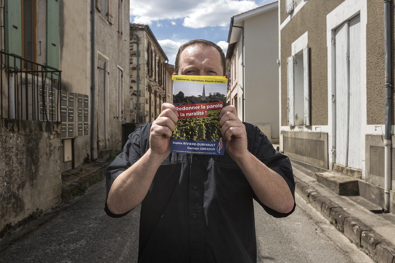 Belin-Beliet, le 15 mai 2017. Cyril, 46 ans  à la recherche d'un emploi et inverstit au FN depuis 2015. Il est le mari de Sophie Rivière-Durivault, candidate FN aux législatives dans la 9e circonscription de Gironde. Dans ces mains il tient les tractes fraîchement arrivés pour la campagne des législatives dans la Gironde.
