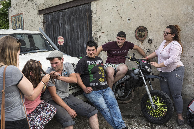 """Belin-Beliet, le 15 mai 2017. Groupe de jeunes originaires de la ville de Belin-Beliet. Ils ont voté aux dernières éléctions pour la plupart et majortairement pour le FN. Un choix motivé principalement par un ras le bol de la politique et """" des mêmes têtes qui nous gouvernent depuis des années."""" Certains travaillent d'autres non, ils sentent délaissés dans leur commune avec ce sentiment que l'on ne s'intéresse pas à euxet donc à la vie de ces petites villes."""