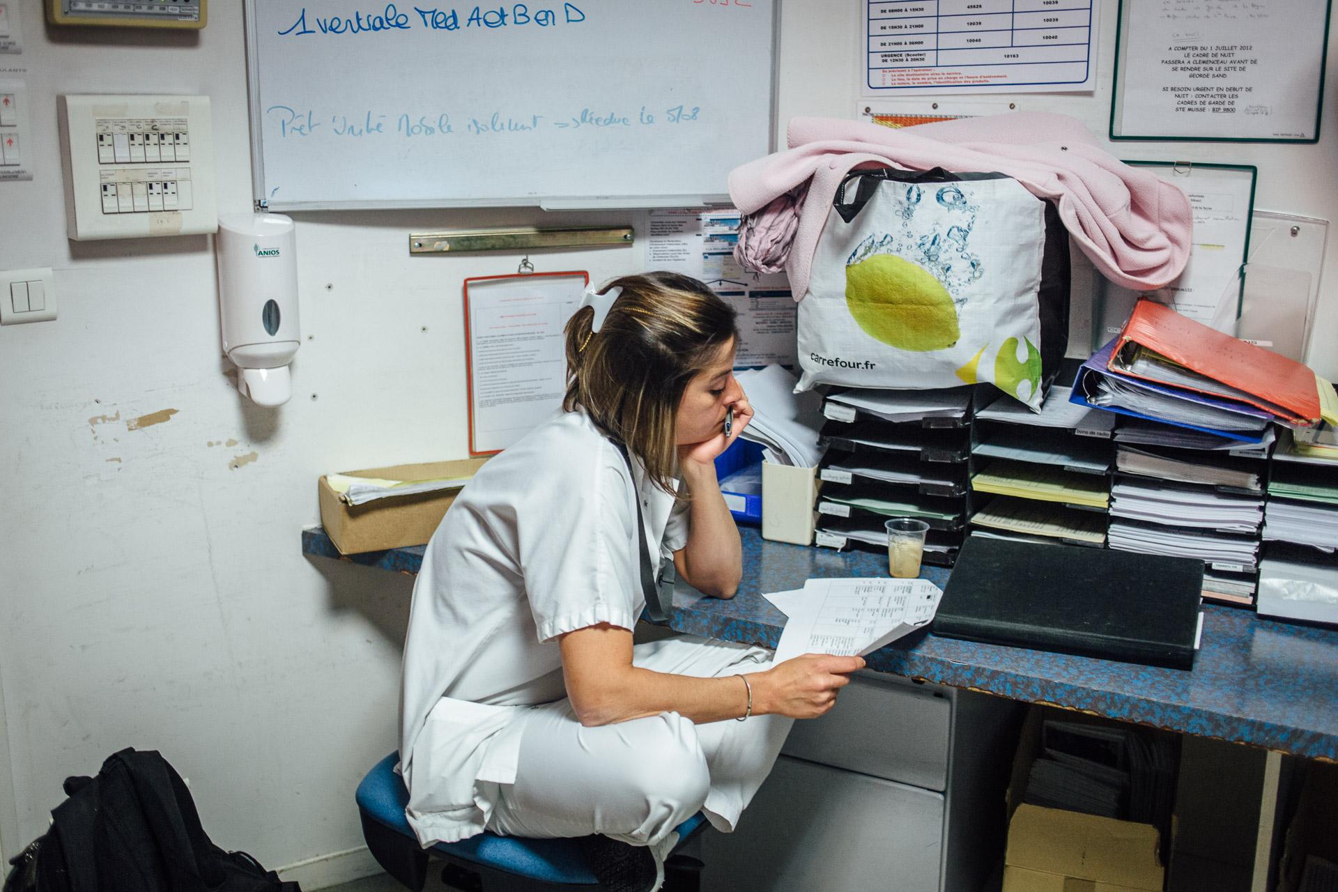La Seyne sur mer, le 11 Octobre 2016. Une infirmière pendant la transmission avant la garde de nuit.