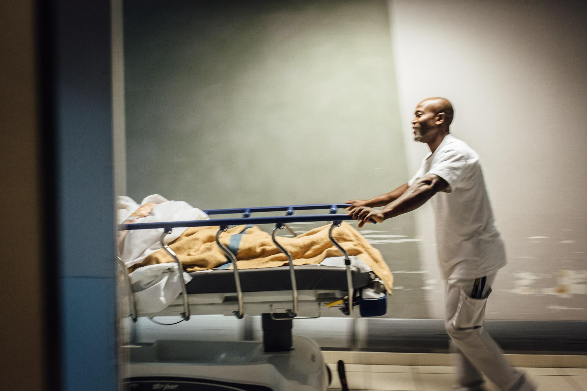 La Seyne sur mer, le 11 Octobre 2016.  Un brancardier dans les couloirs entre les urgences et le service d'imagerie médicale.