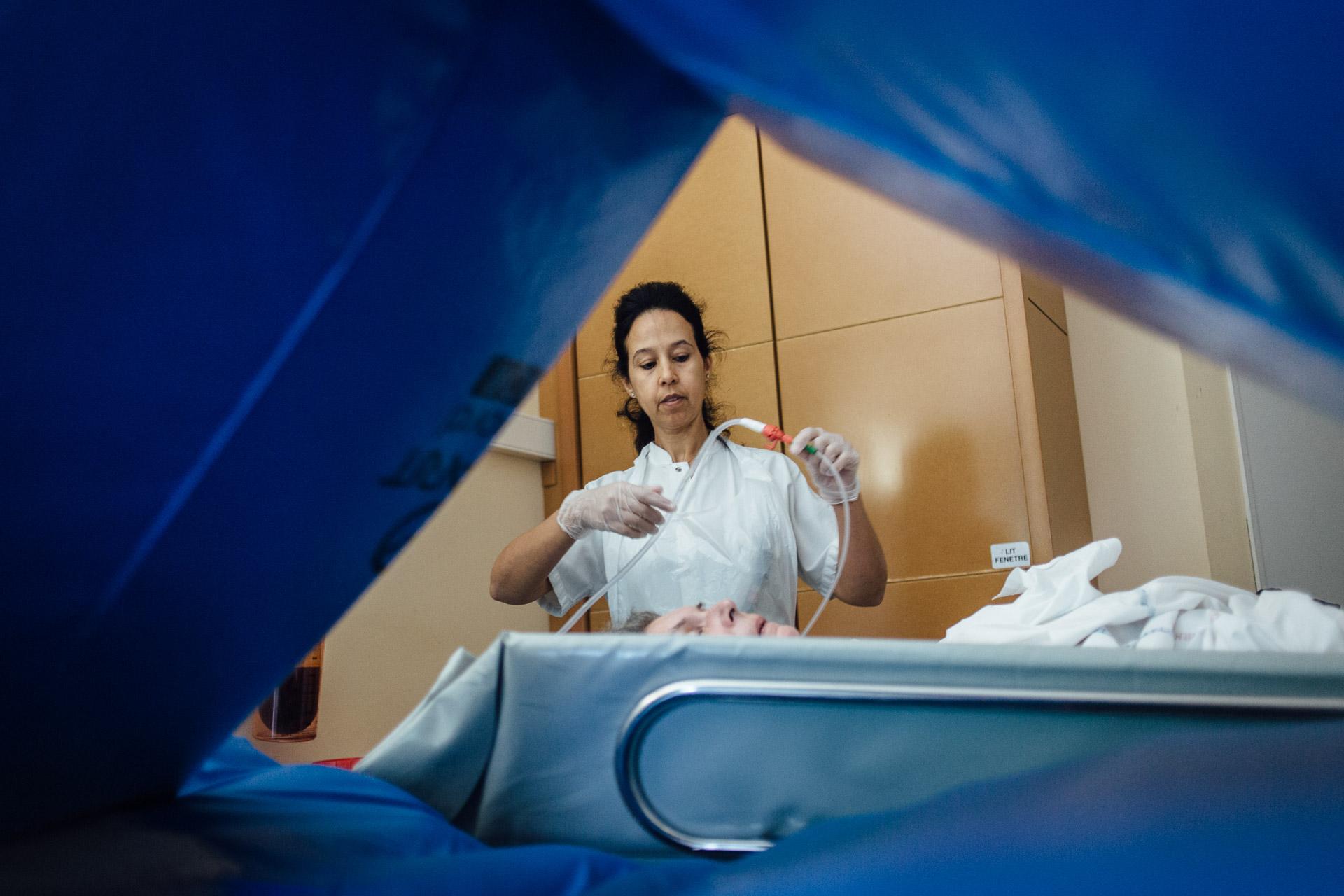 La Seyne sur mer, le 12 Octobre 2016.  Une aide soignante prépare une patiente pour la douche.