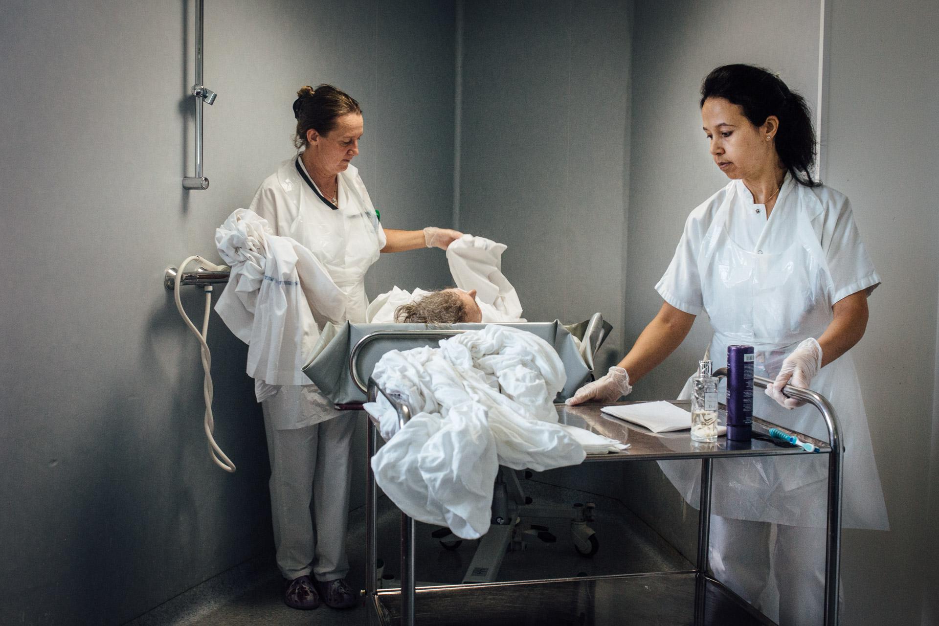 La Seyne sur mer, le 12 Octobre 2016.  Deux aide soignantes préparent une patiente pour la douche.