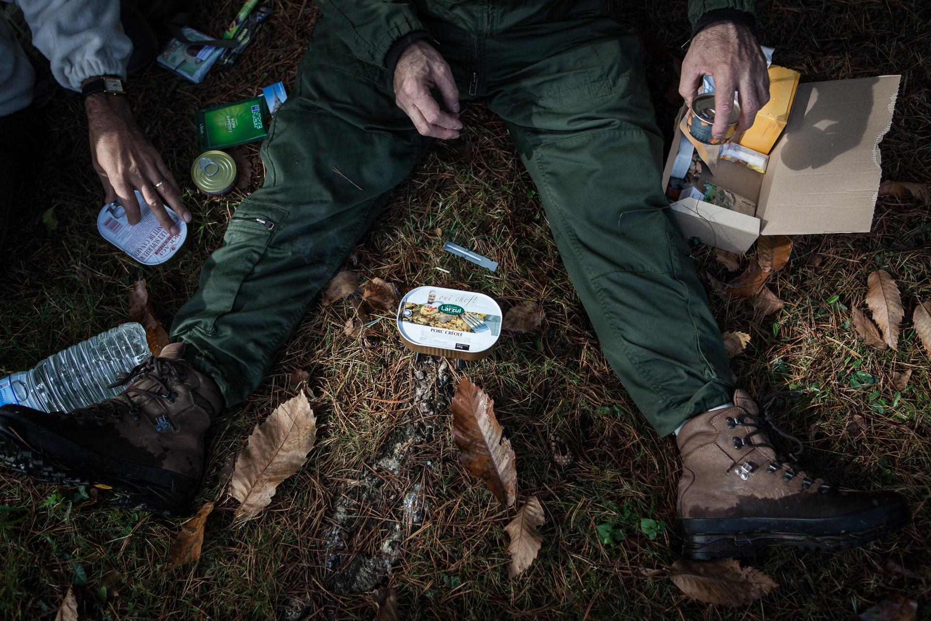 Coëtquidan, le 17 Octobre 2013. Pour le repas du midi, le stagiaires découvrent les rations de survie de l'armée.Coëtquidan, 17 October 2013. For lunch, the students discover the survival rations of the army.