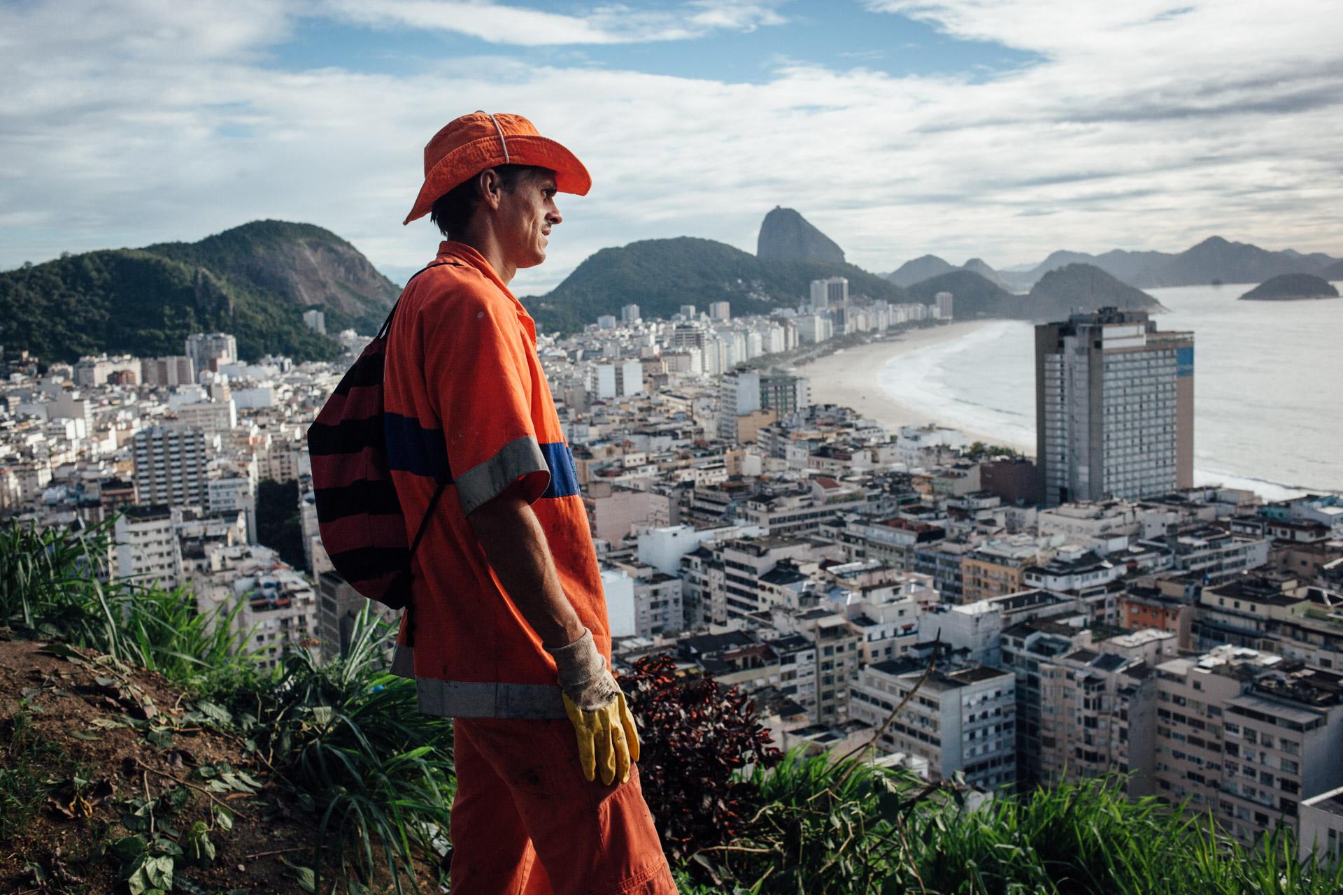 Rio de Janeiro, le 27 Novembre 2013. Marcos travaille depuis 3 ans dans la favela de Pavao pavaozinho. Tous les jours, il doit monter les poubelles en plastique à bord du funiculaire. Le point de collecte est au pied d'un vide ordure de plusieurs dizaines de metres dans lequel les habitants jettent les ordures du haut de la favela.Rio de Janeiro, November 27, 2013. Marcos has been working for 3 years in the favela Pavao Pavãozinho. Every day, he must mount plastic bins in the funicular. The collection point is at the bottom of a trash chute of several tens of meters in which people throw garbage from the top of the favela.