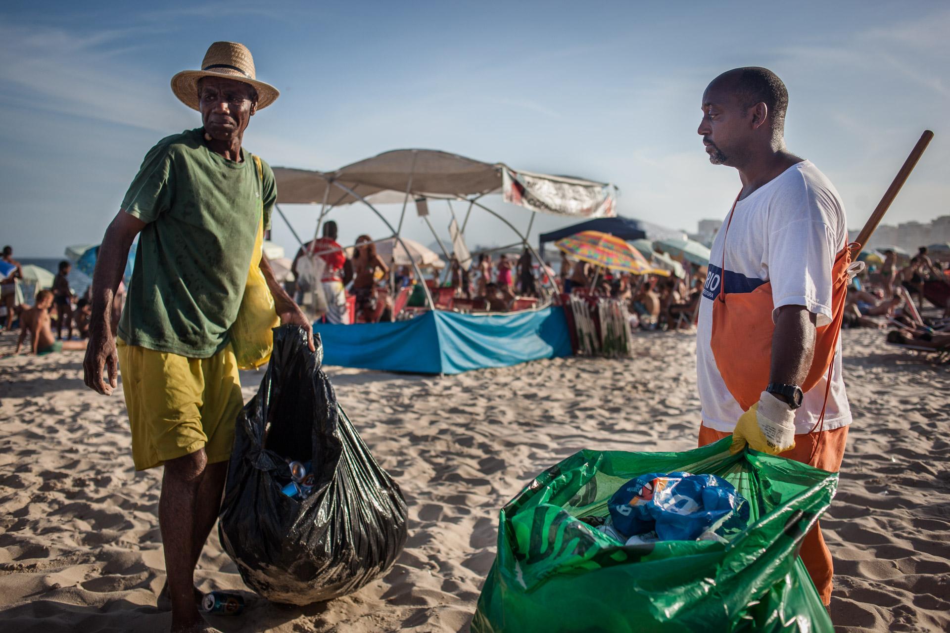 Rio de Janeiro, le 20 Novembre 2013. Wilsom travaille depuis 16 ans sur la plage de Copacabana. Tous les jours, il donne ses canettes en métal à un ferrailleur.Rio de Janeiro, November 20, 2013. Wilsom working for 16 years on the Copacabana beach. Every day he gives his metal cans to a scrap merchant.